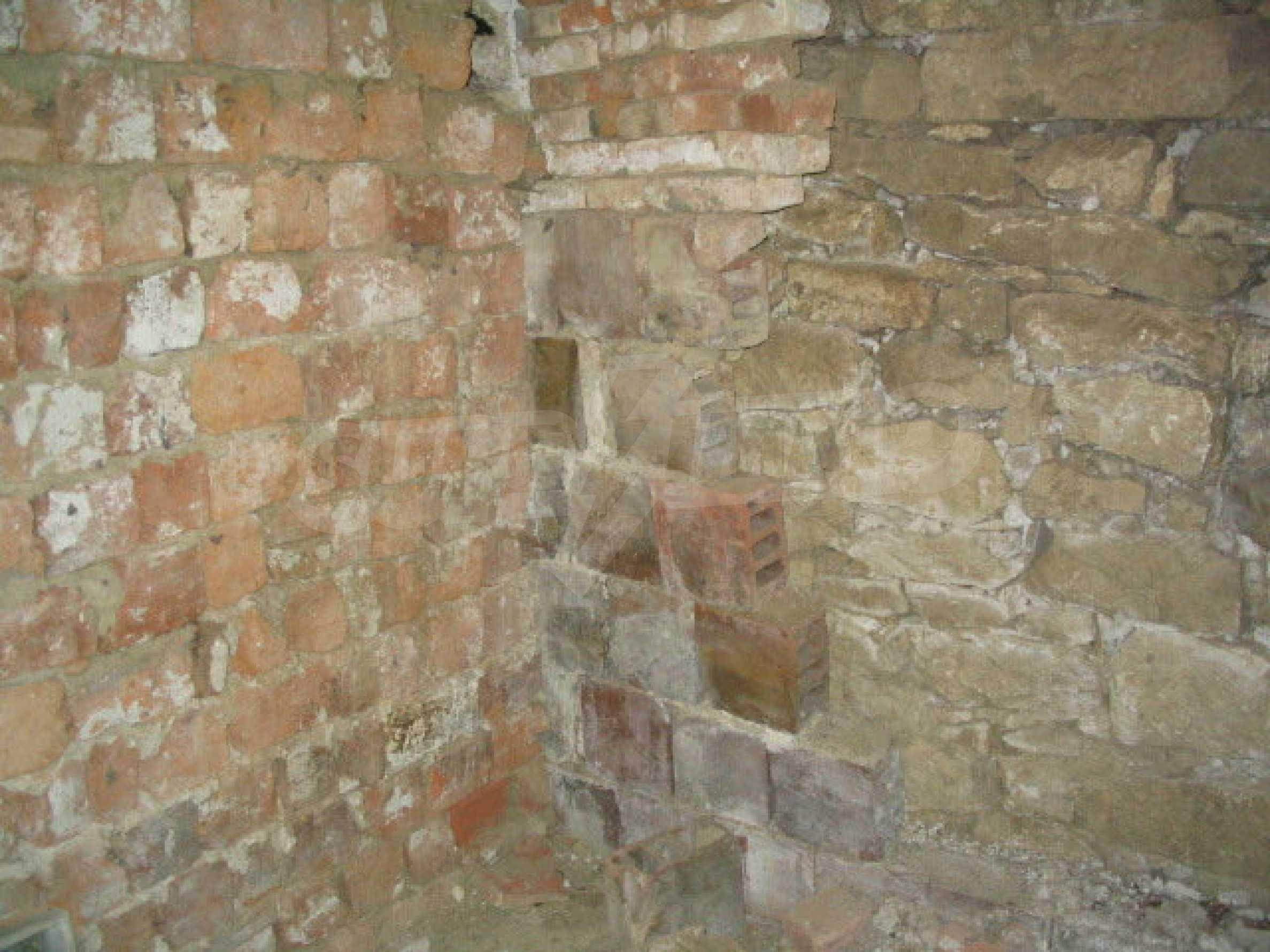 Двуетажна къща за ремонт в село Емен 14