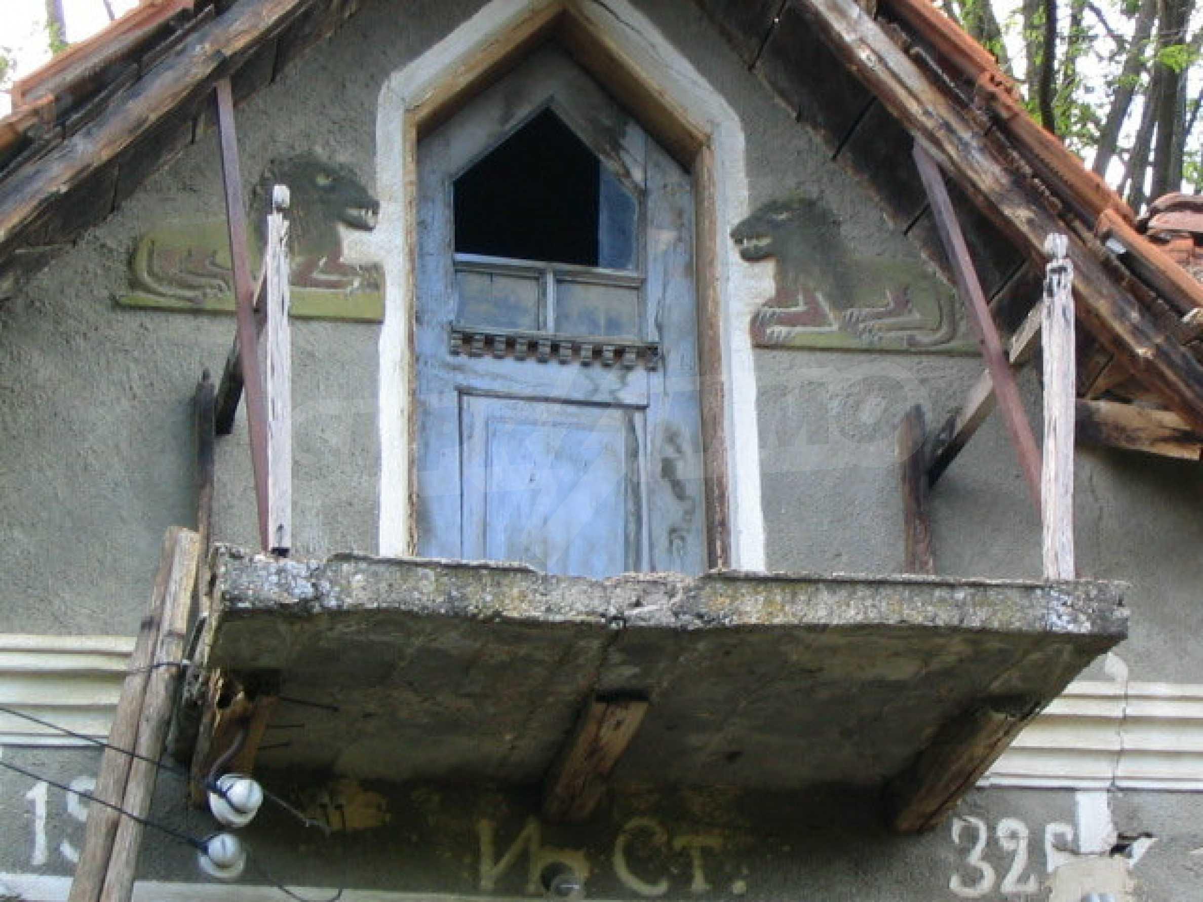 Двуетажна къща за ремонт в село Емен 15