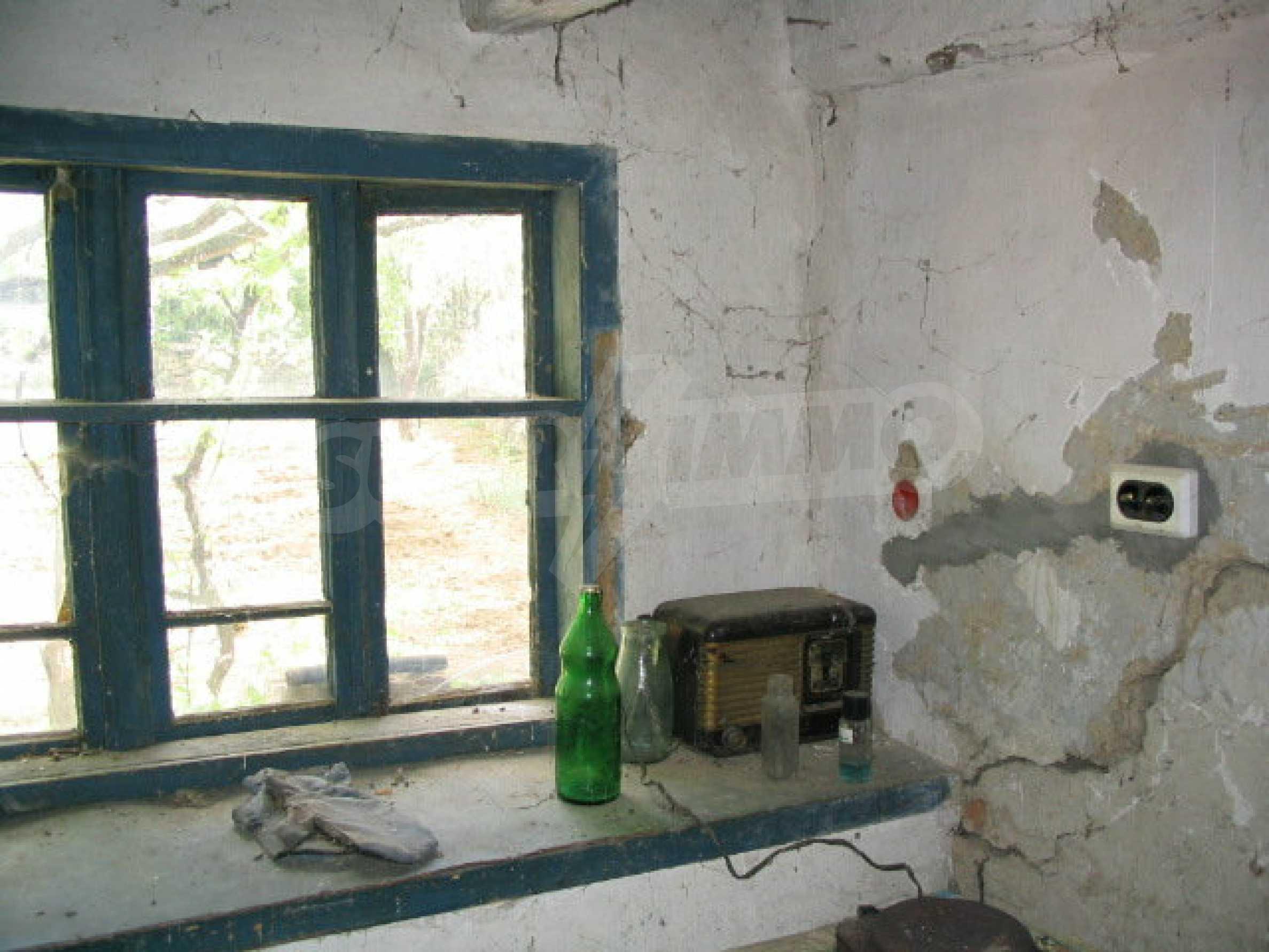 Двуетажна къща за ремонт в село Емен 4