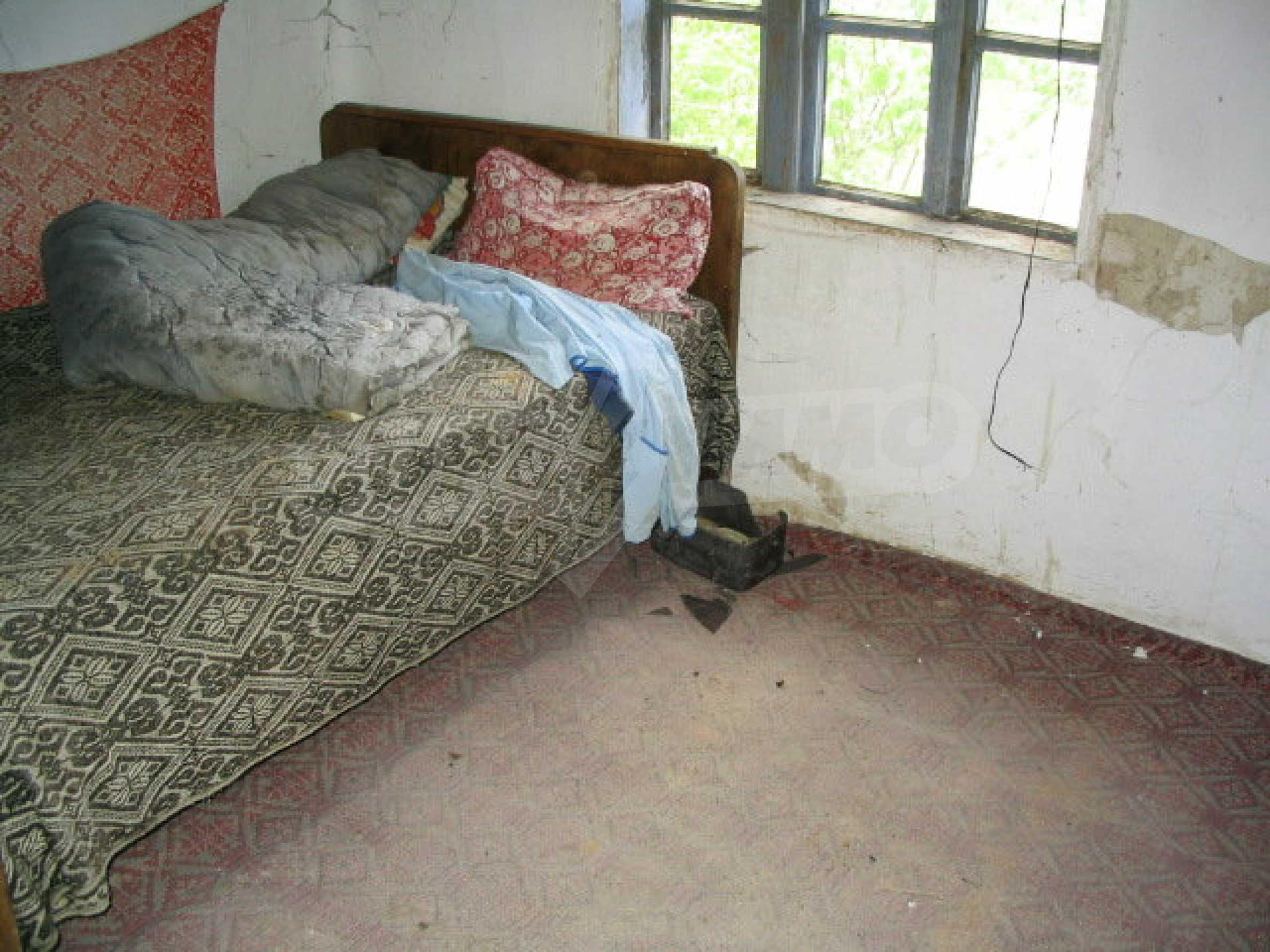 Двуетажна къща за ремонт в село Емен 6
