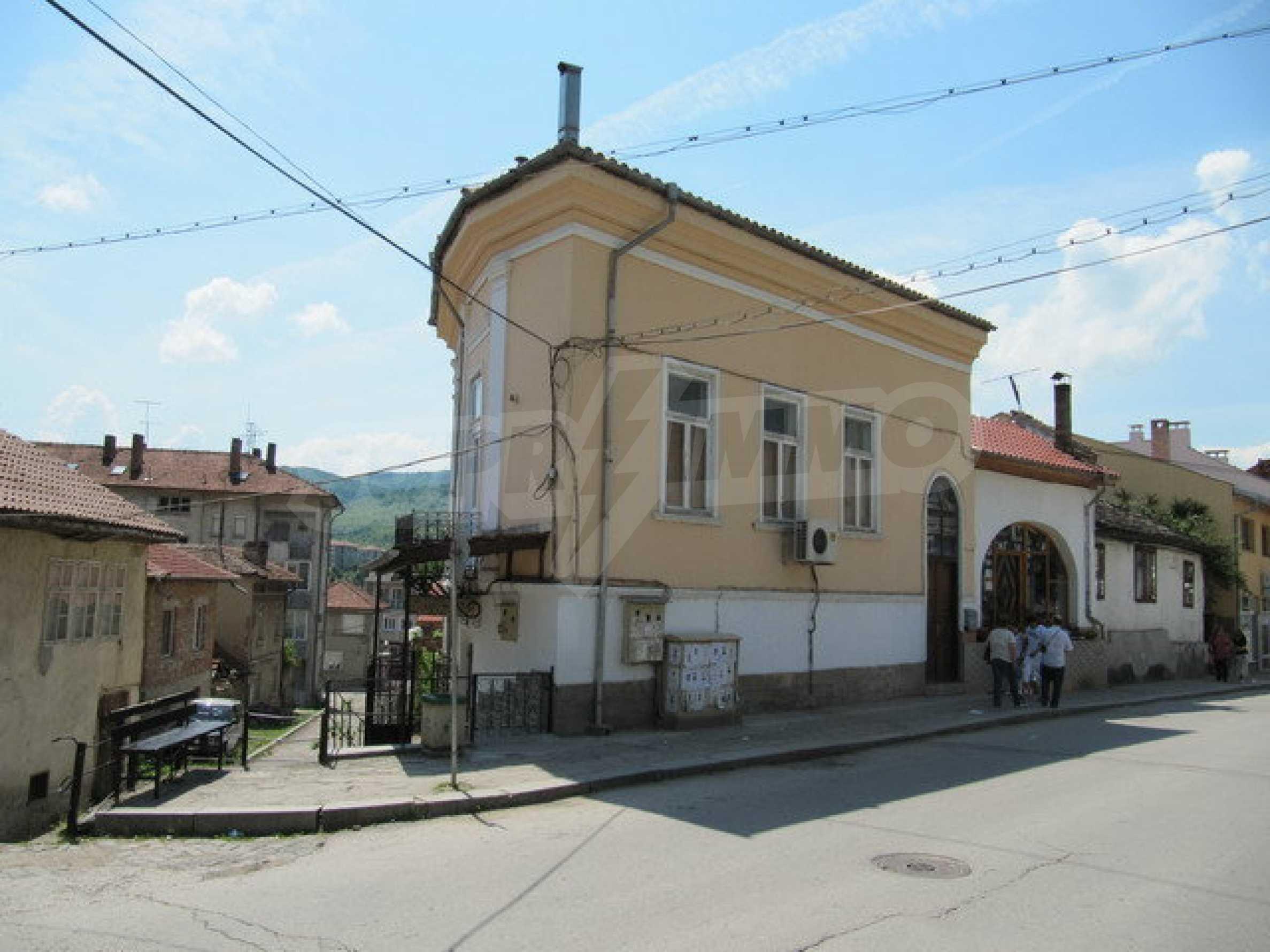 Дом с цветочным магазином и кафе в городе Дряново 2