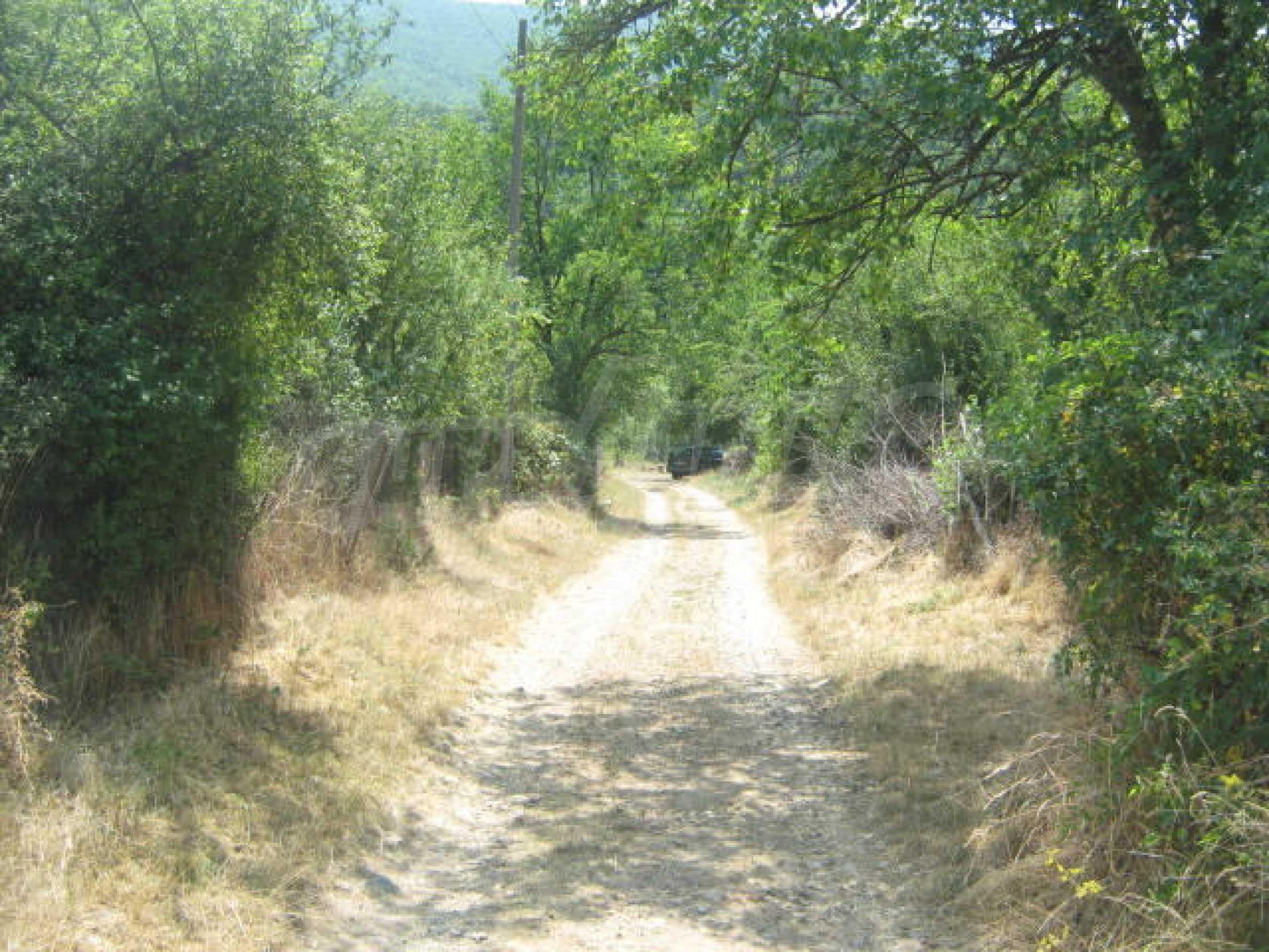 Участок земли в красивом селе 7