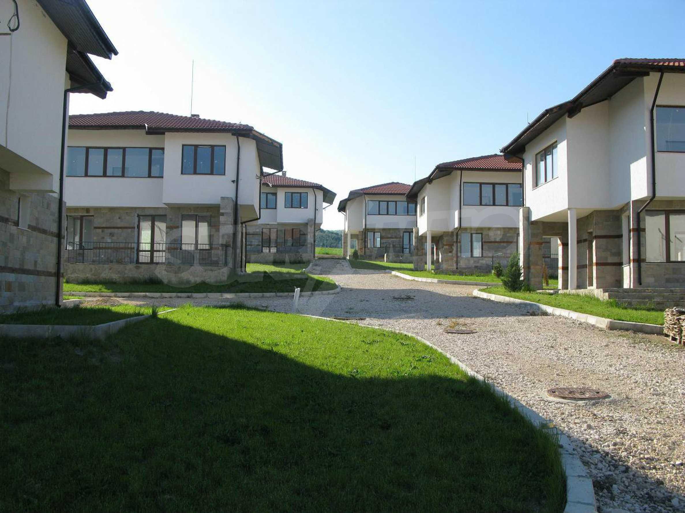 Новые двухэтажные дома в дачном поселке