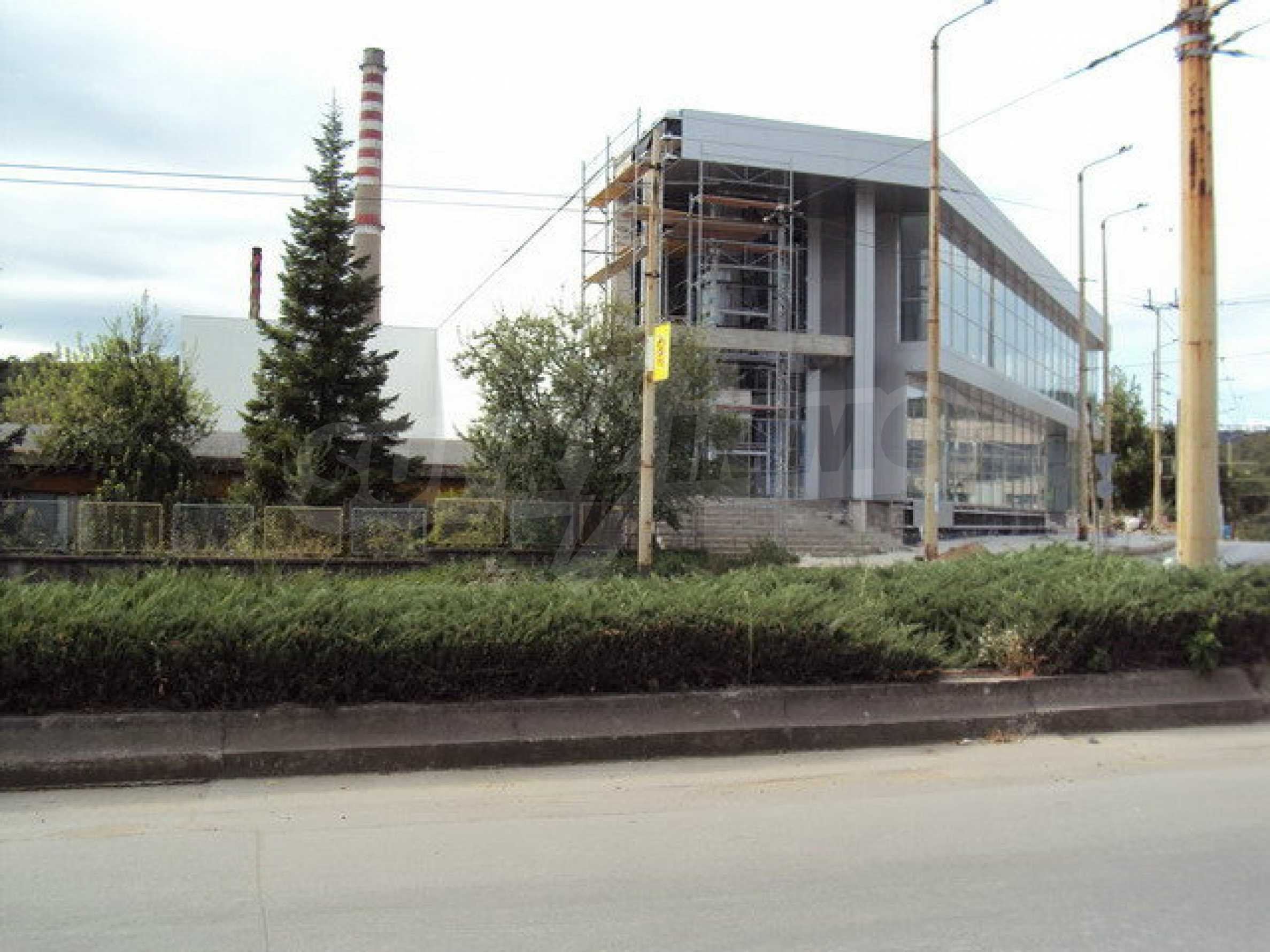 Complex with shops, offices and warehouses  10