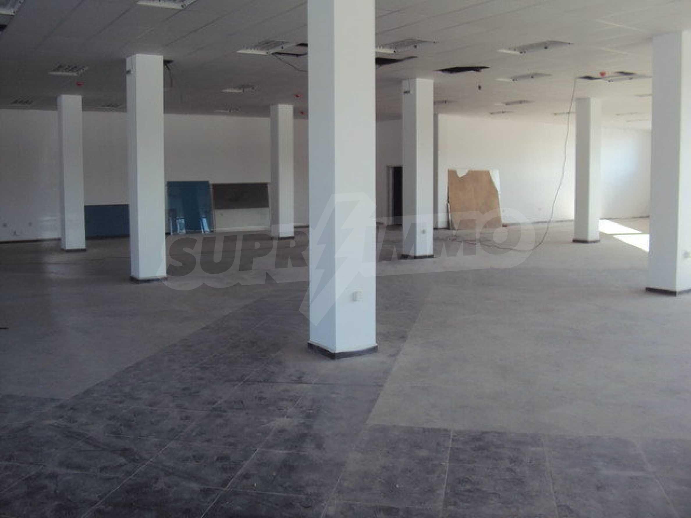 Komplex mit Geschäften, Lagern und Büros 17