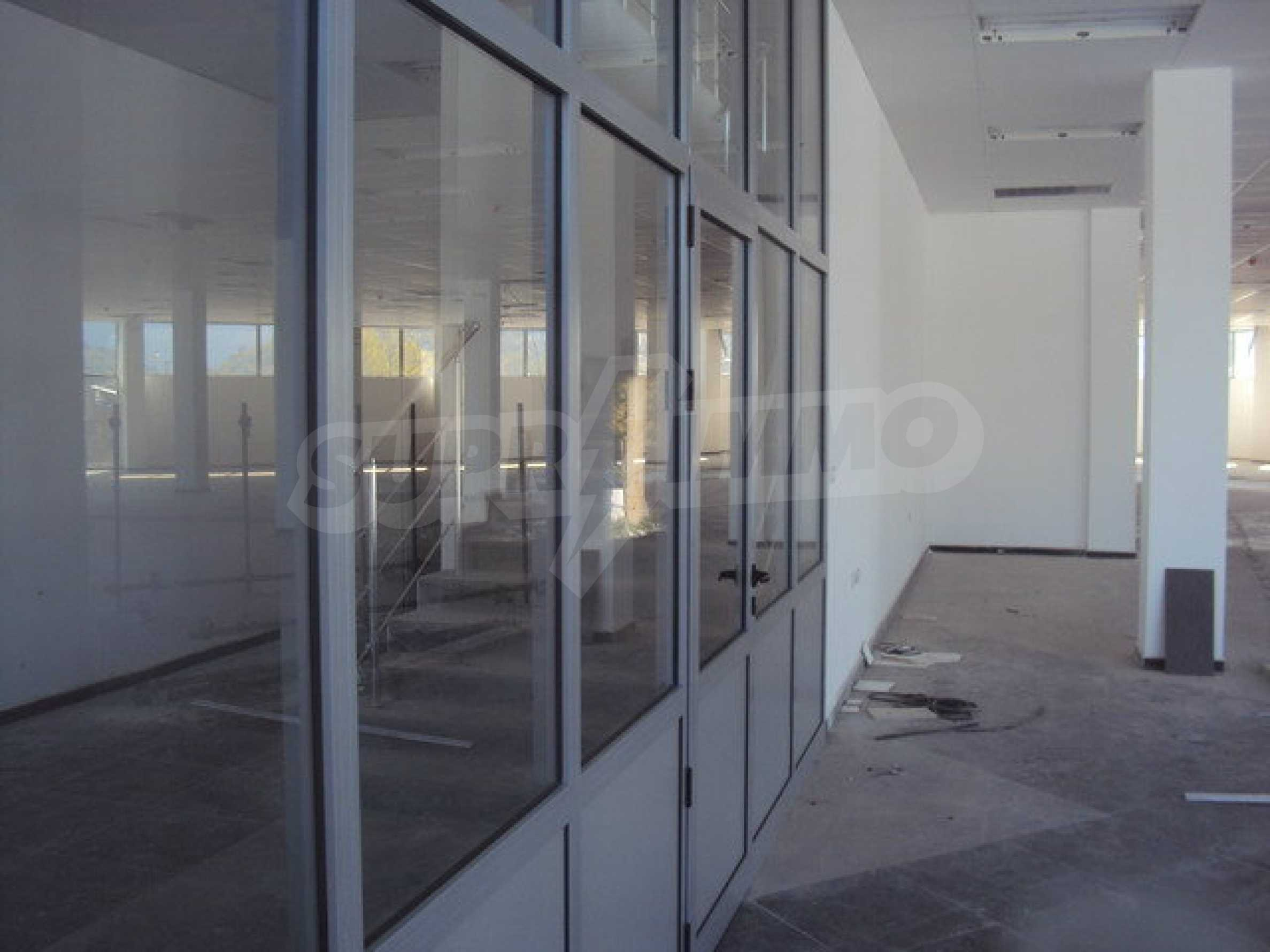 Komplex mit Geschäften, Lagern und Büros 26