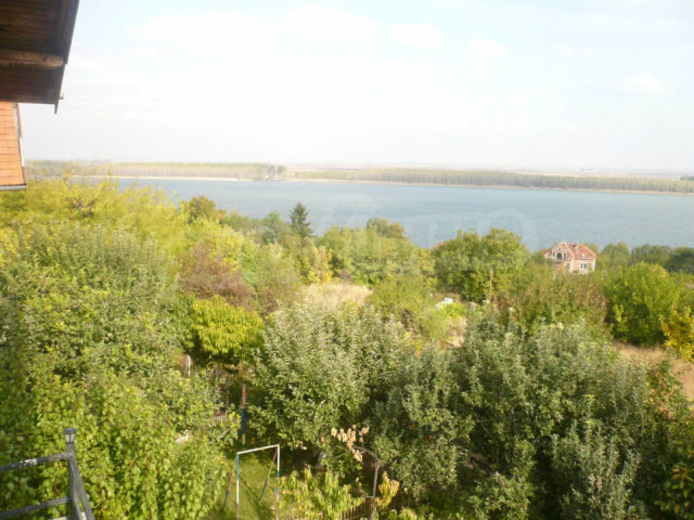 Dreistöckige Villa an der Küste von Donau 28