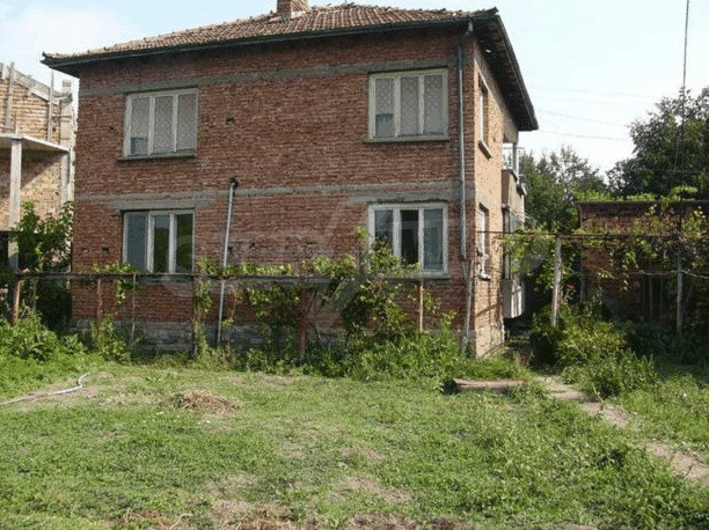 Двухэтажный дом в небольшом городе