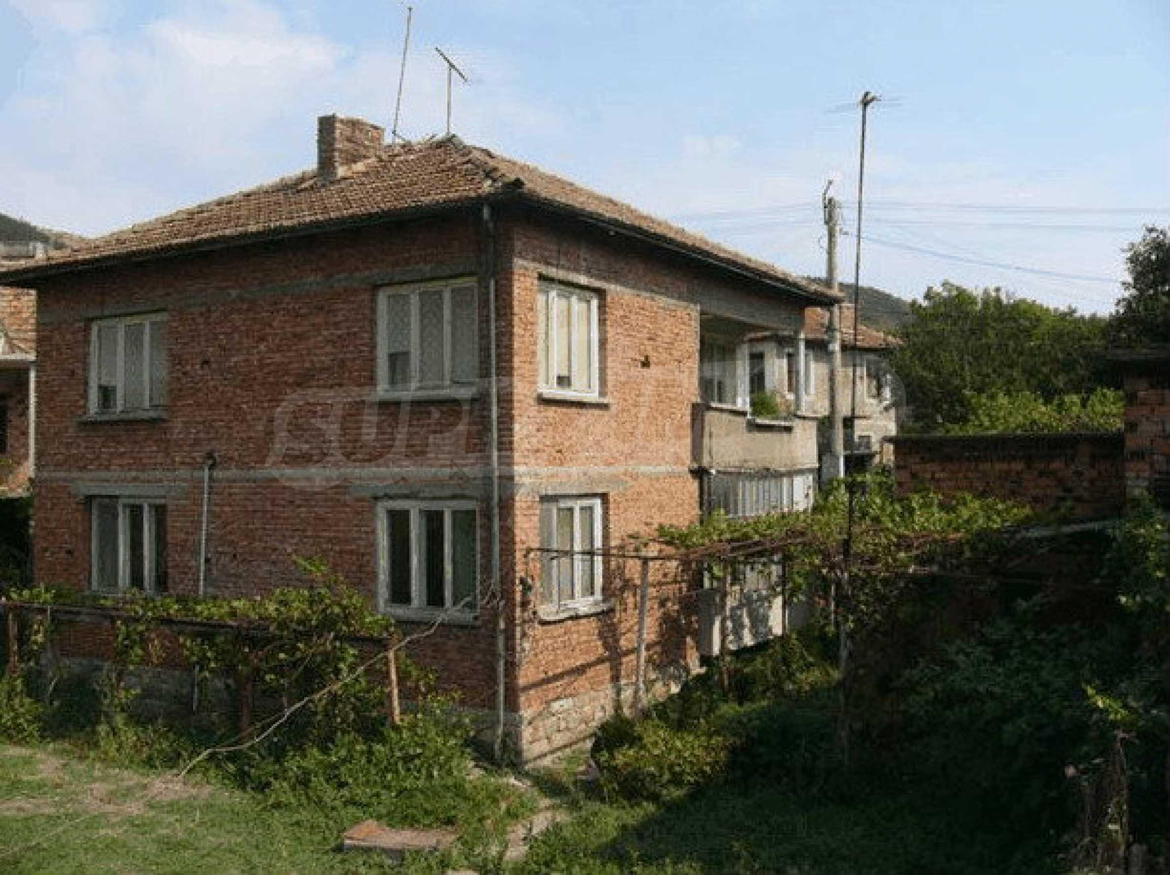 Двухэтажный дом в небольшом городе 1