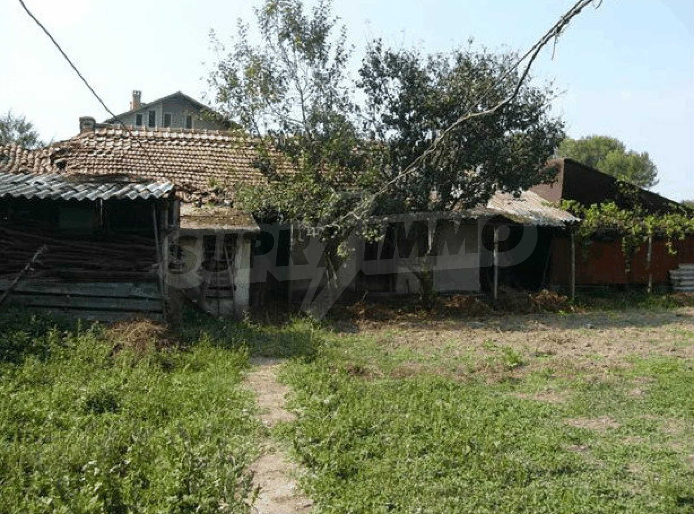 Двухэтажный дом в небольшом городе 2