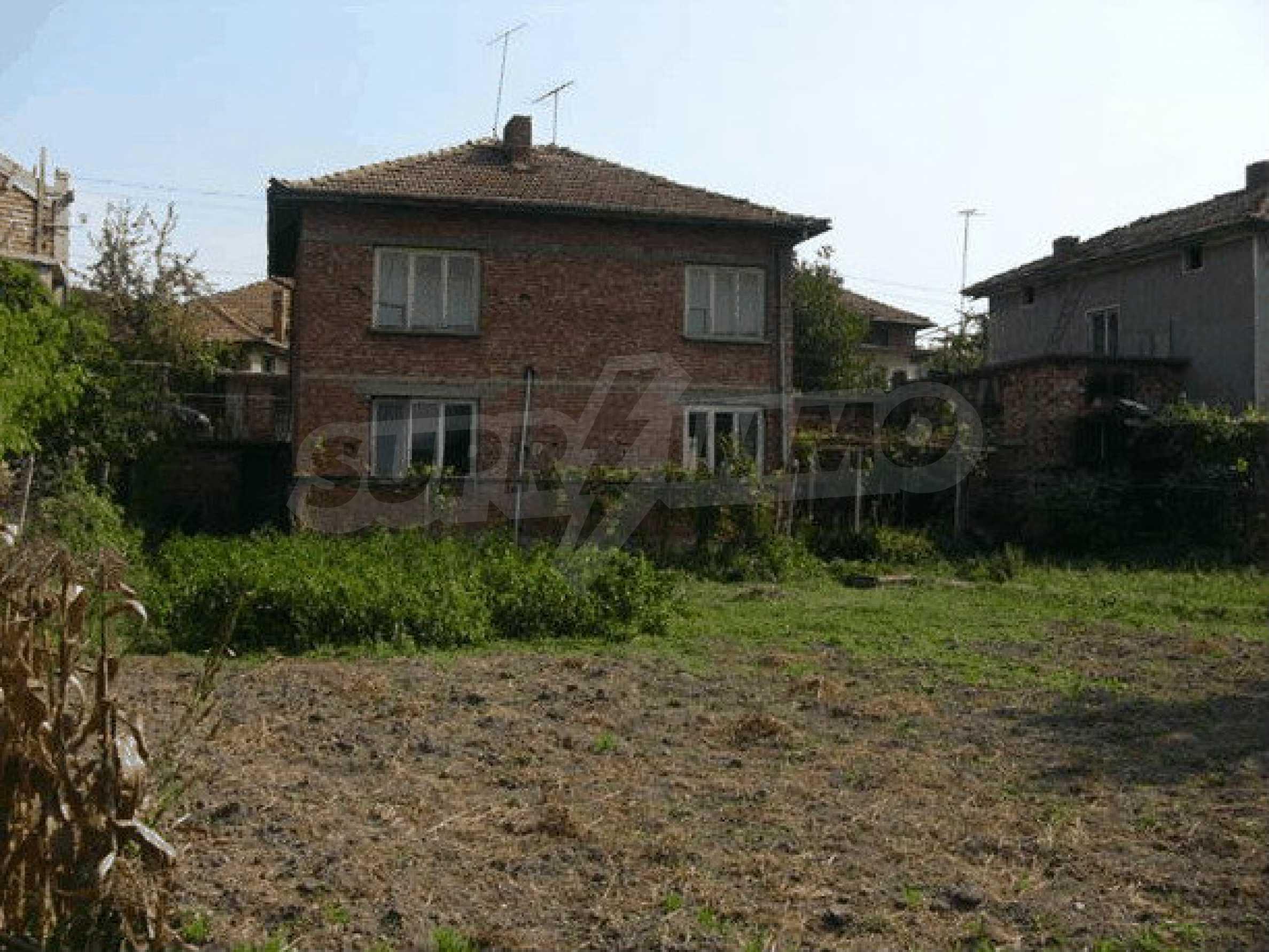 Двухэтажный дом в небольшом городе 4