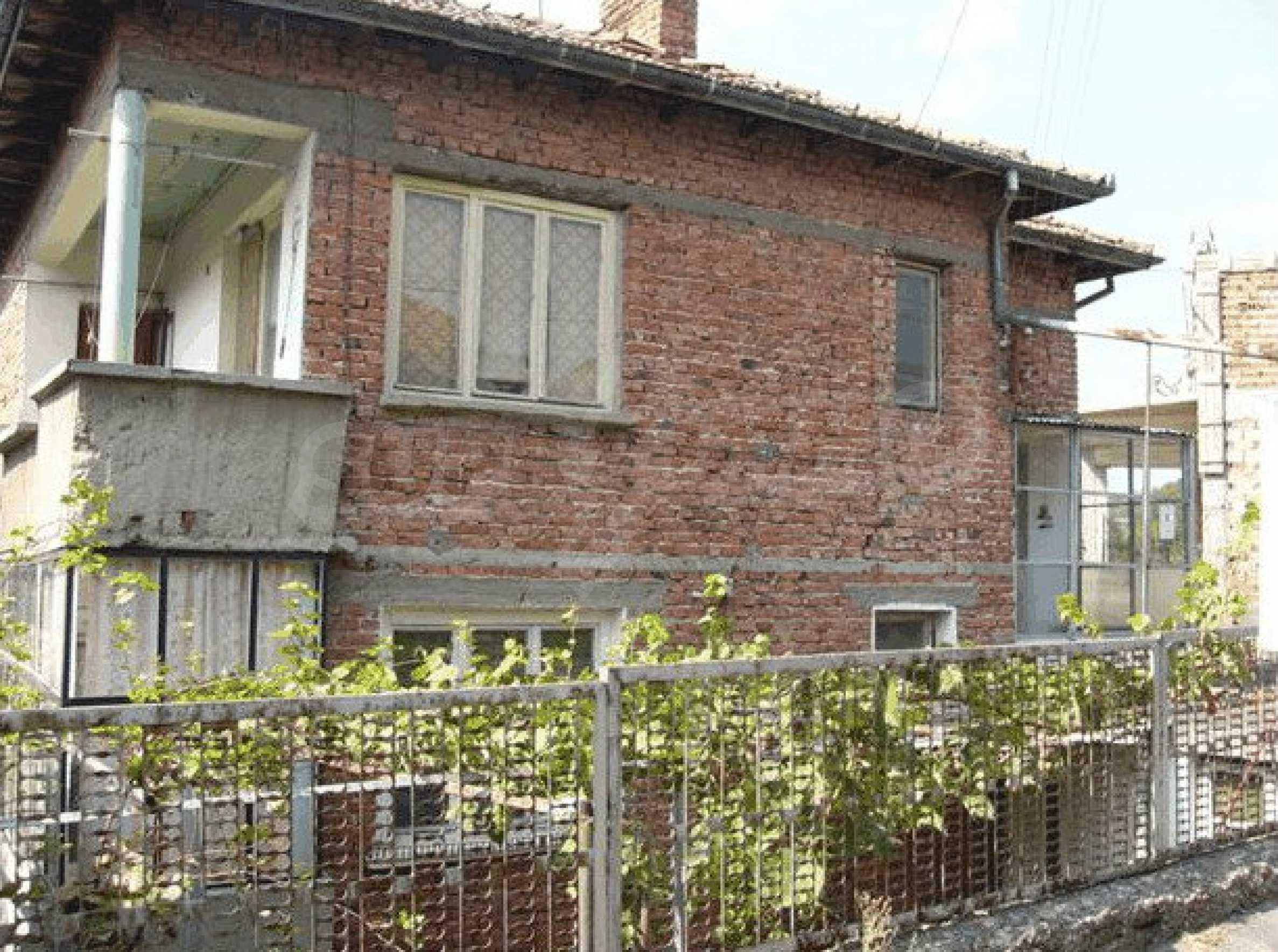 Двухэтажный дом в небольшом городе 5