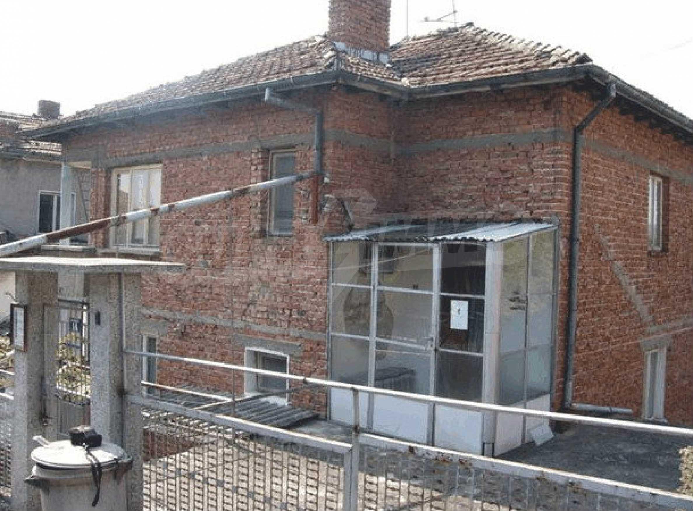 Двухэтажный дом в небольшом городе 7