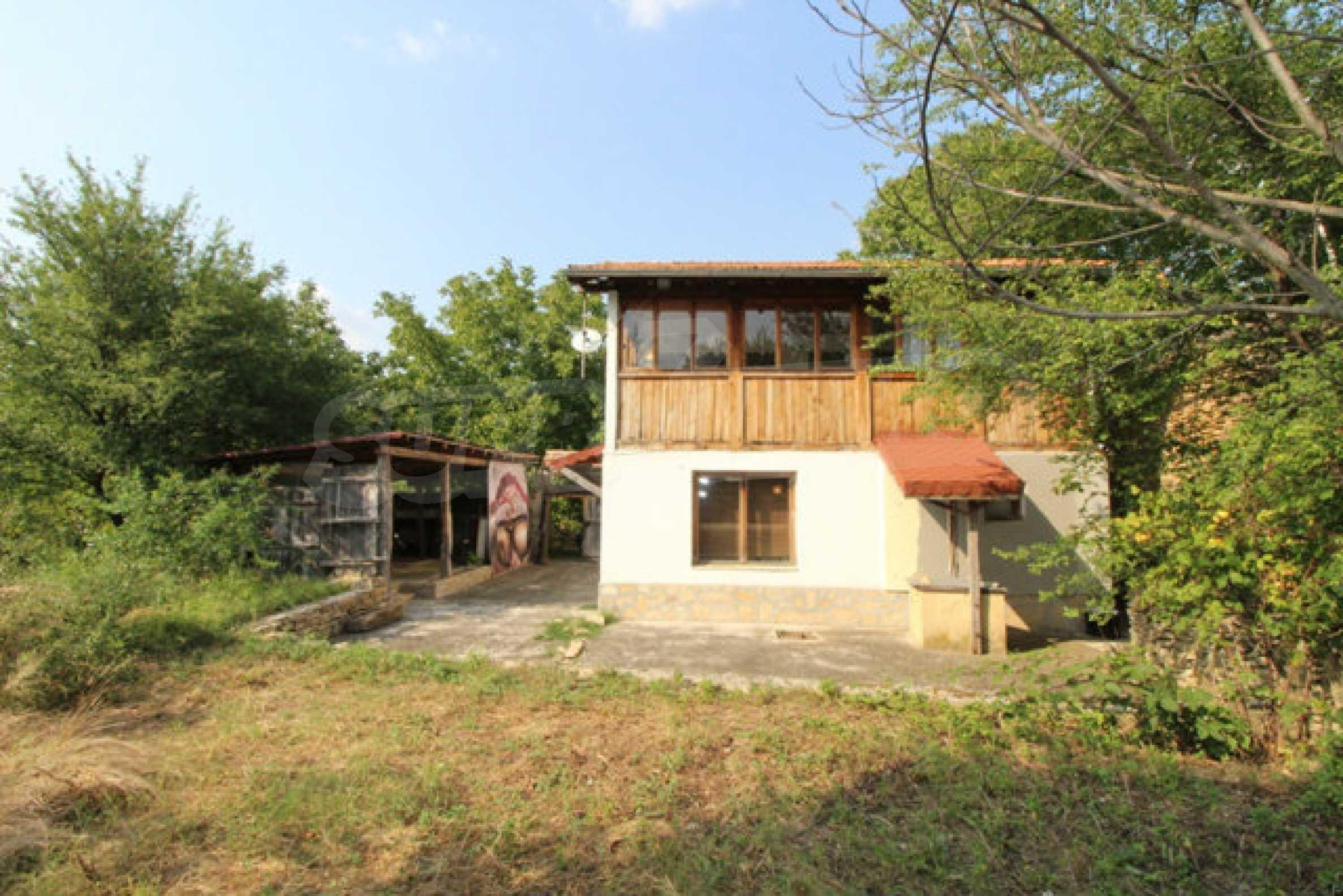 Neugebautes Haus im traditionellen bulgarischen Stil 1