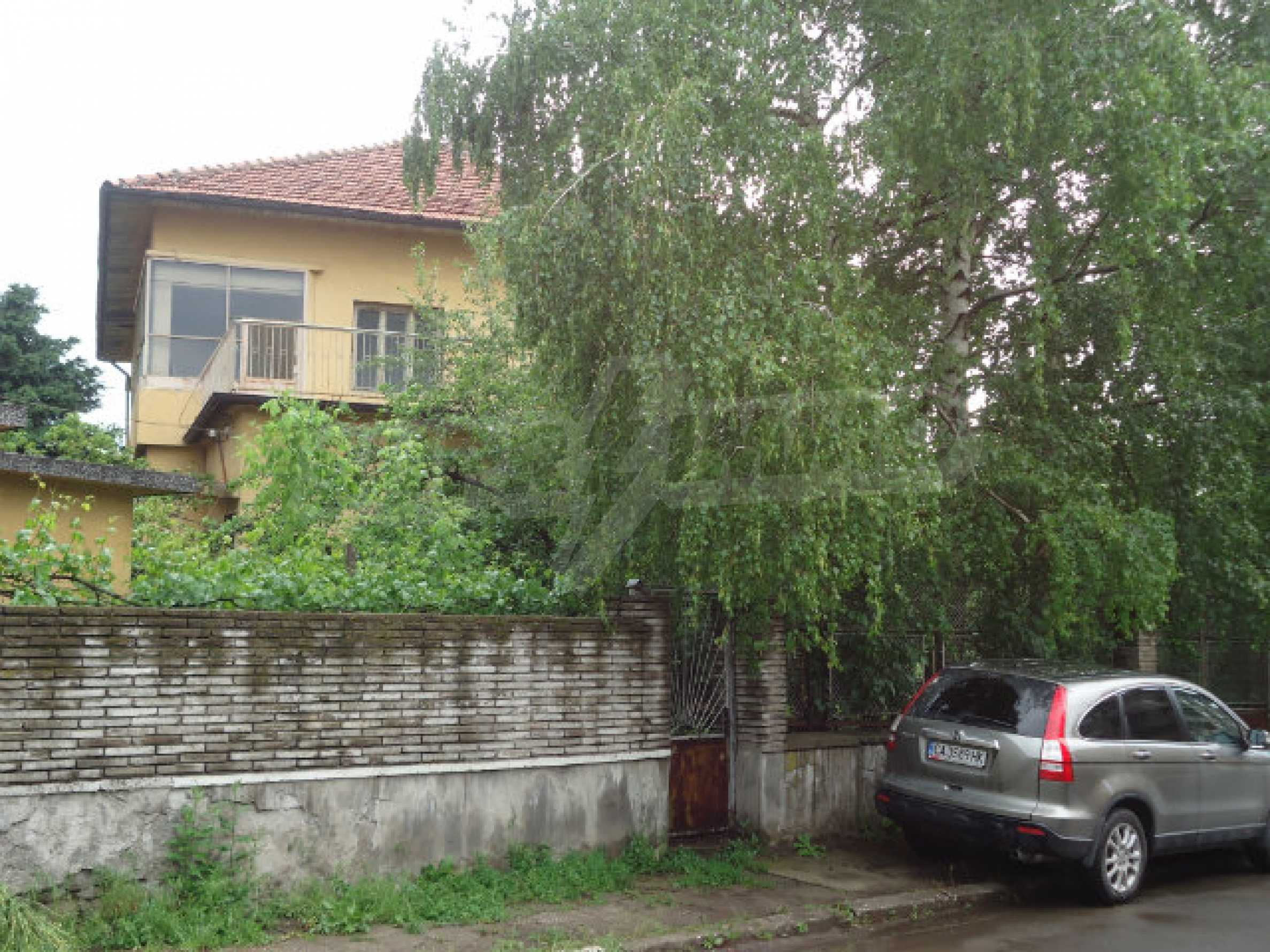 Building with garden area in the town of Kyustendil 1