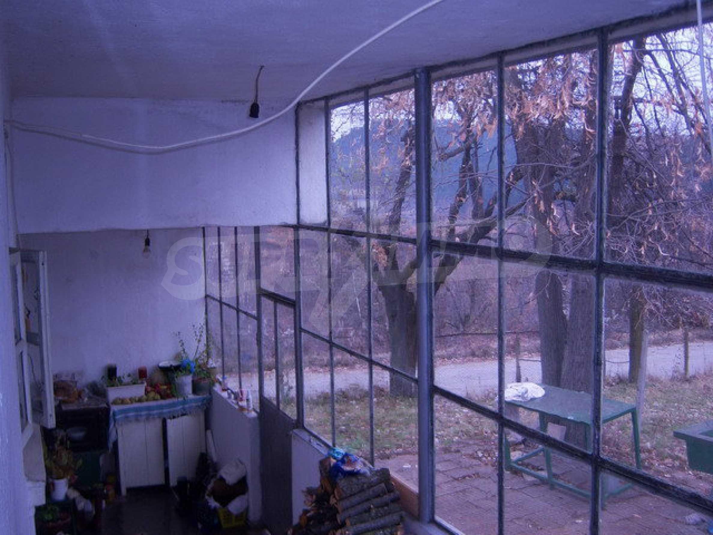 Одноэтажный дом около леса и у подножия гор.   4