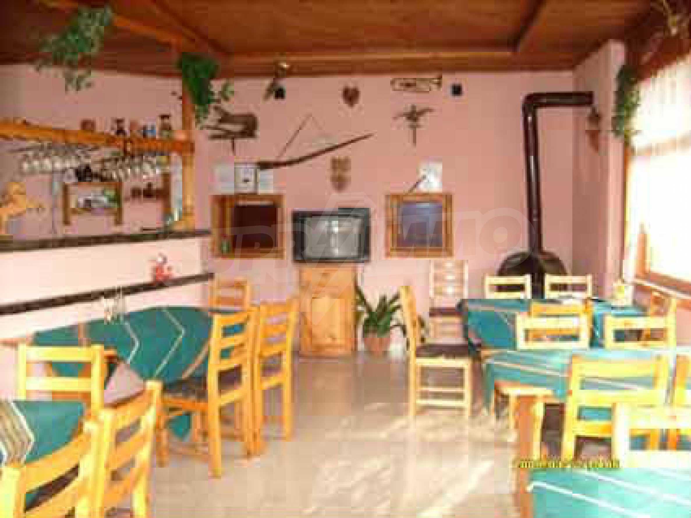 Небольшой ресторан с прекрасным садом в селе Рибарица 3