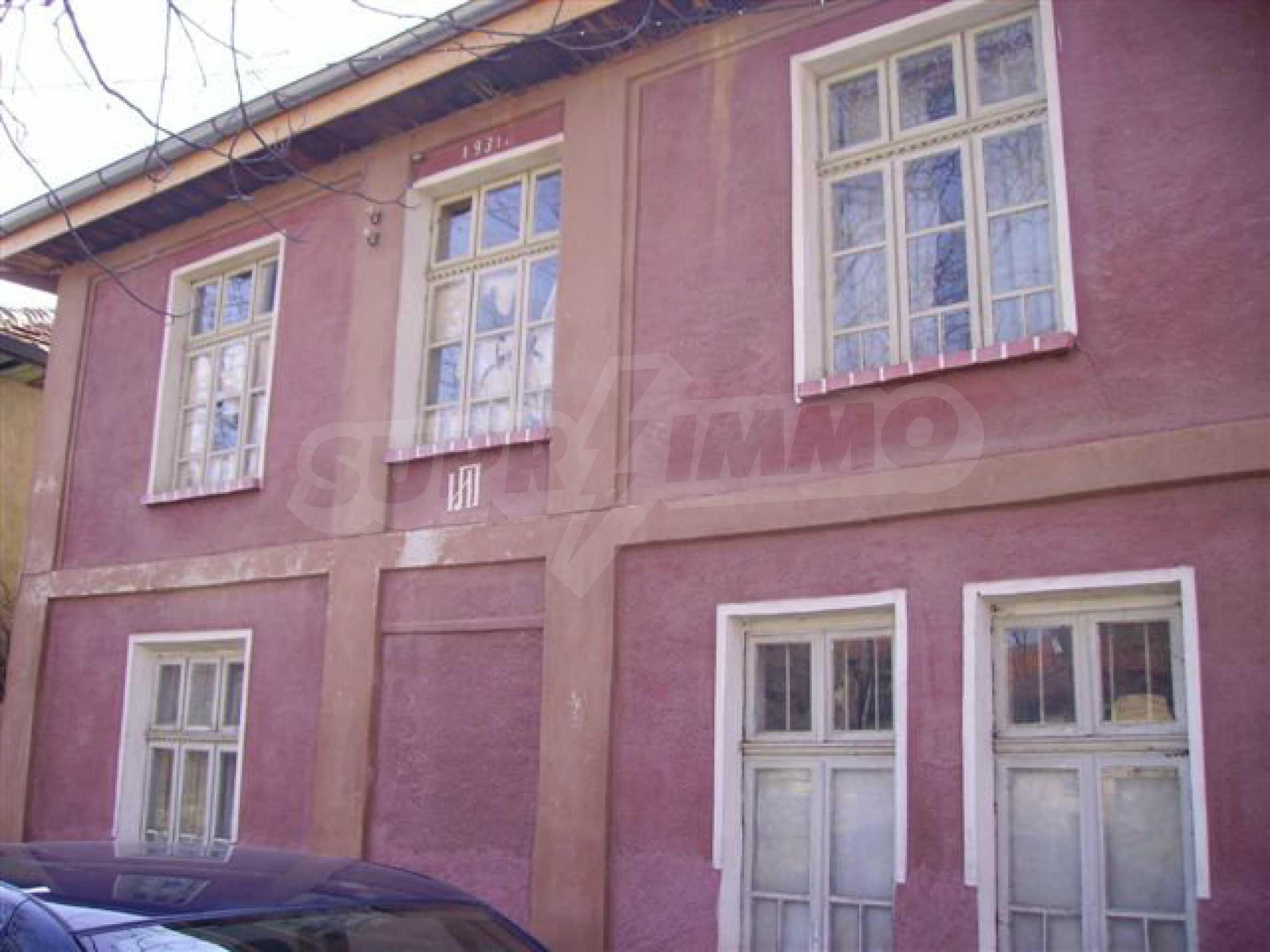 Zweistöckiges Haus mit Hof in einem Dorf in der Nähe von Lovech
