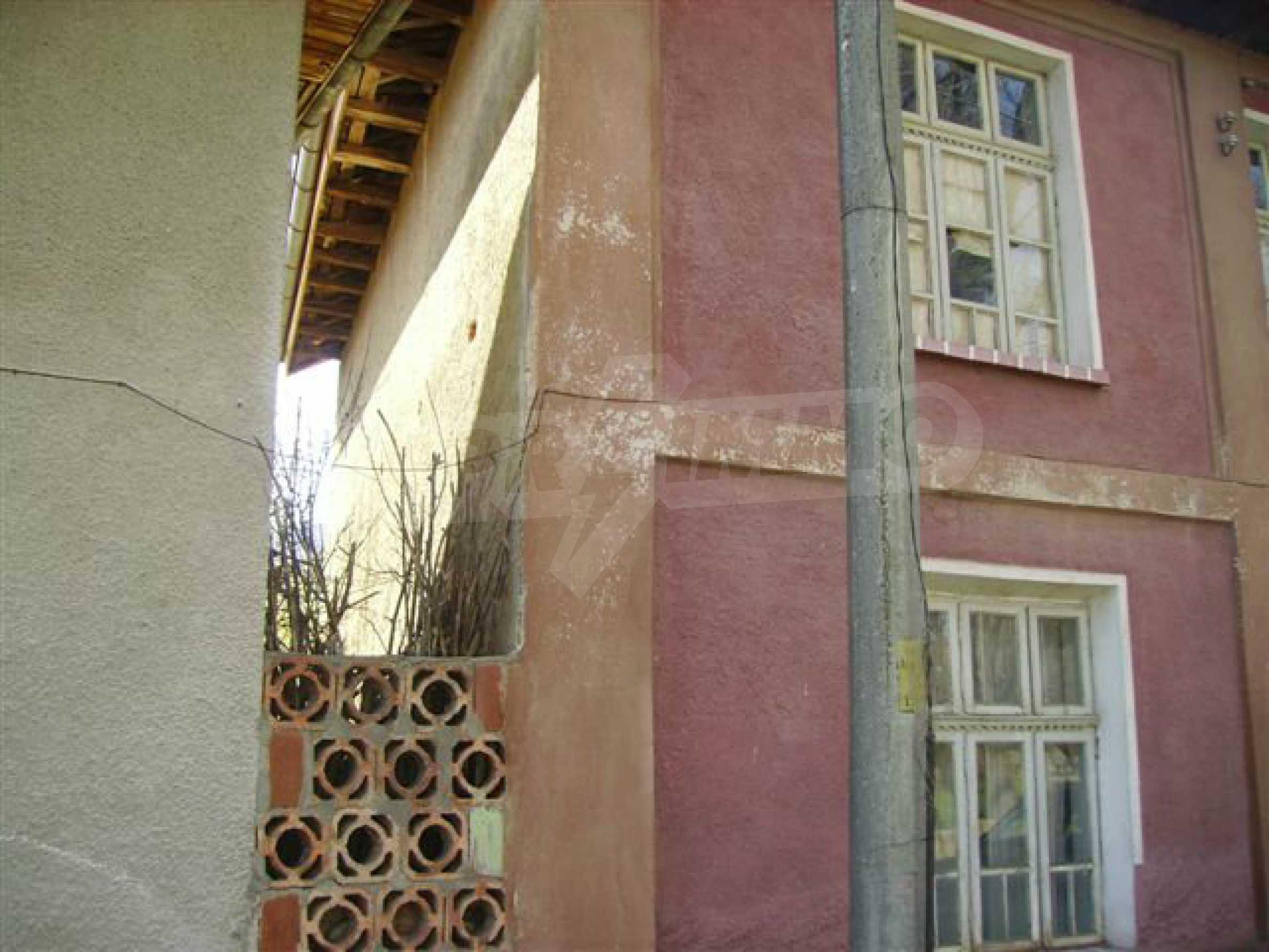Zweistöckiges Haus mit Hof in einem Dorf in der Nähe von Lovech 9