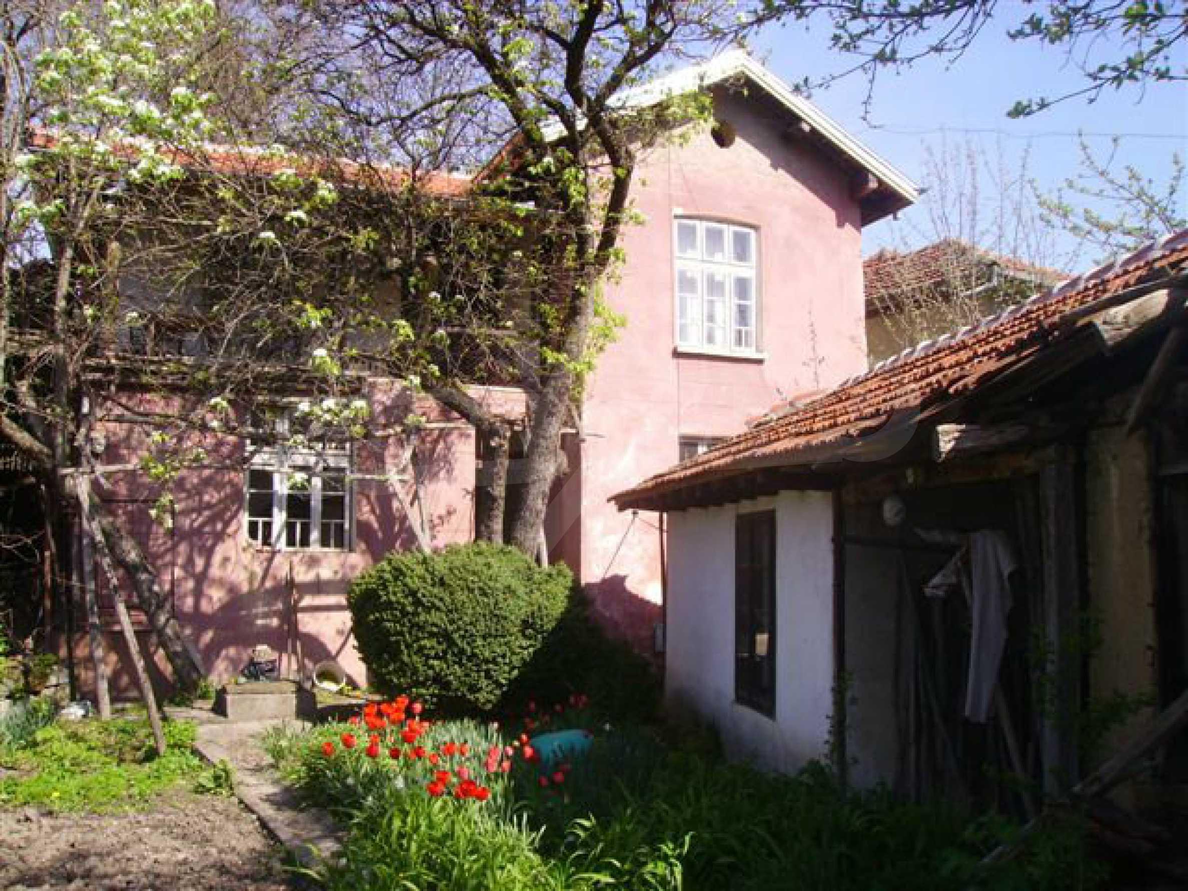Zweistöckiges Haus mit Hof in einem Dorf in der Nähe von Lovech 1