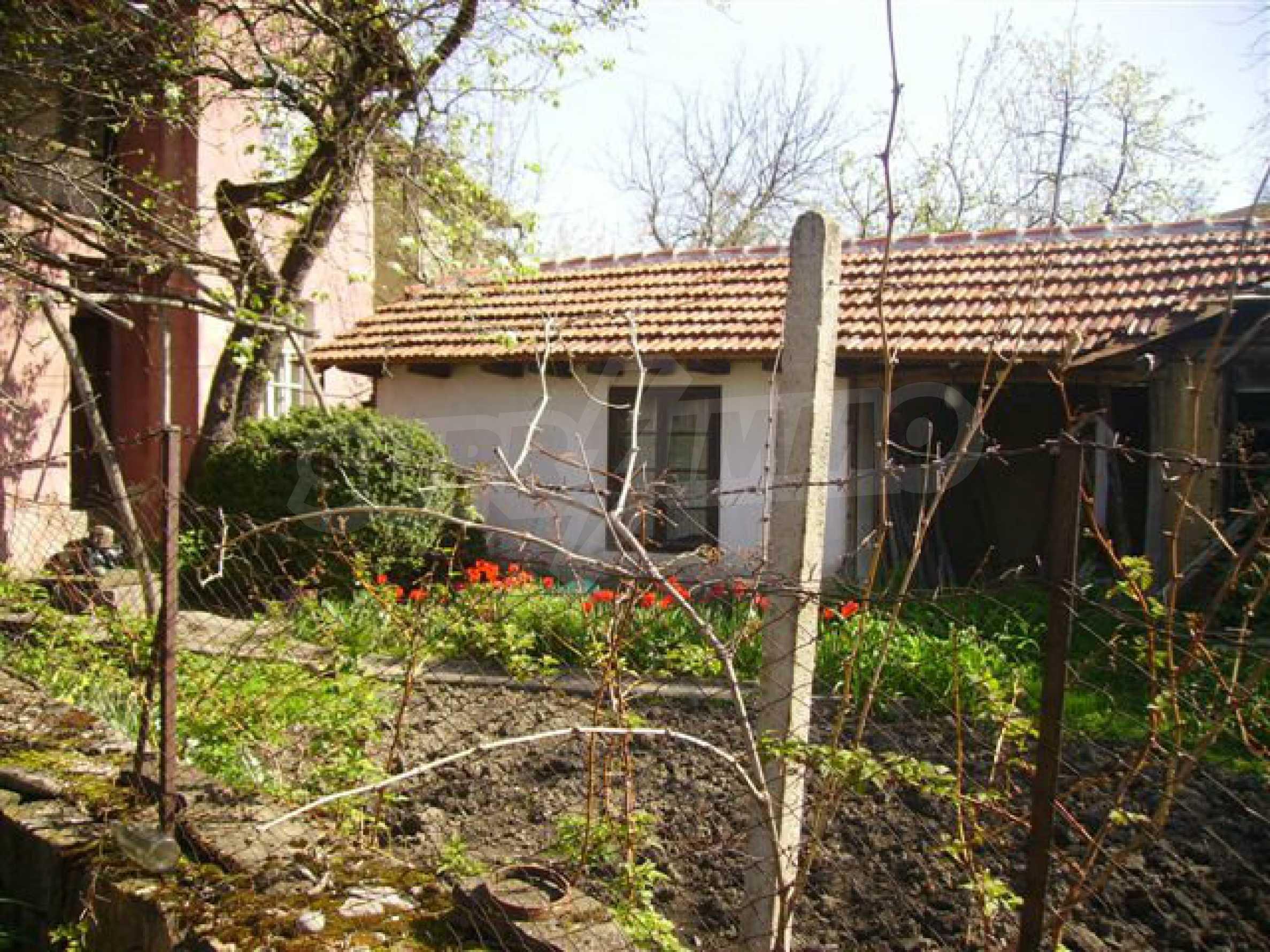 Zweistöckiges Haus mit Hof in einem Dorf in der Nähe von Lovech 19
