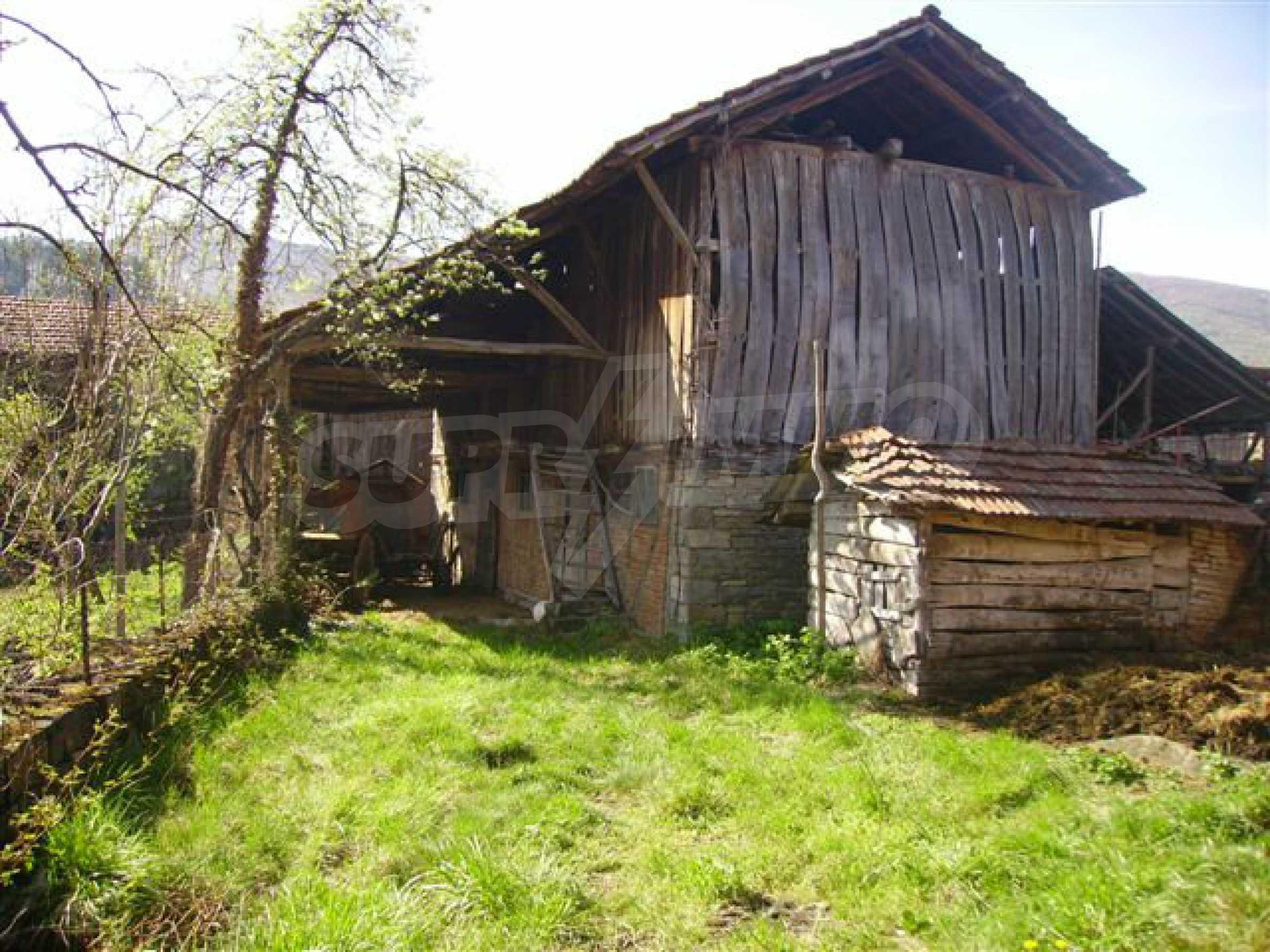 Zweistöckiges Haus mit Hof in einem Dorf in der Nähe von Lovech 21
