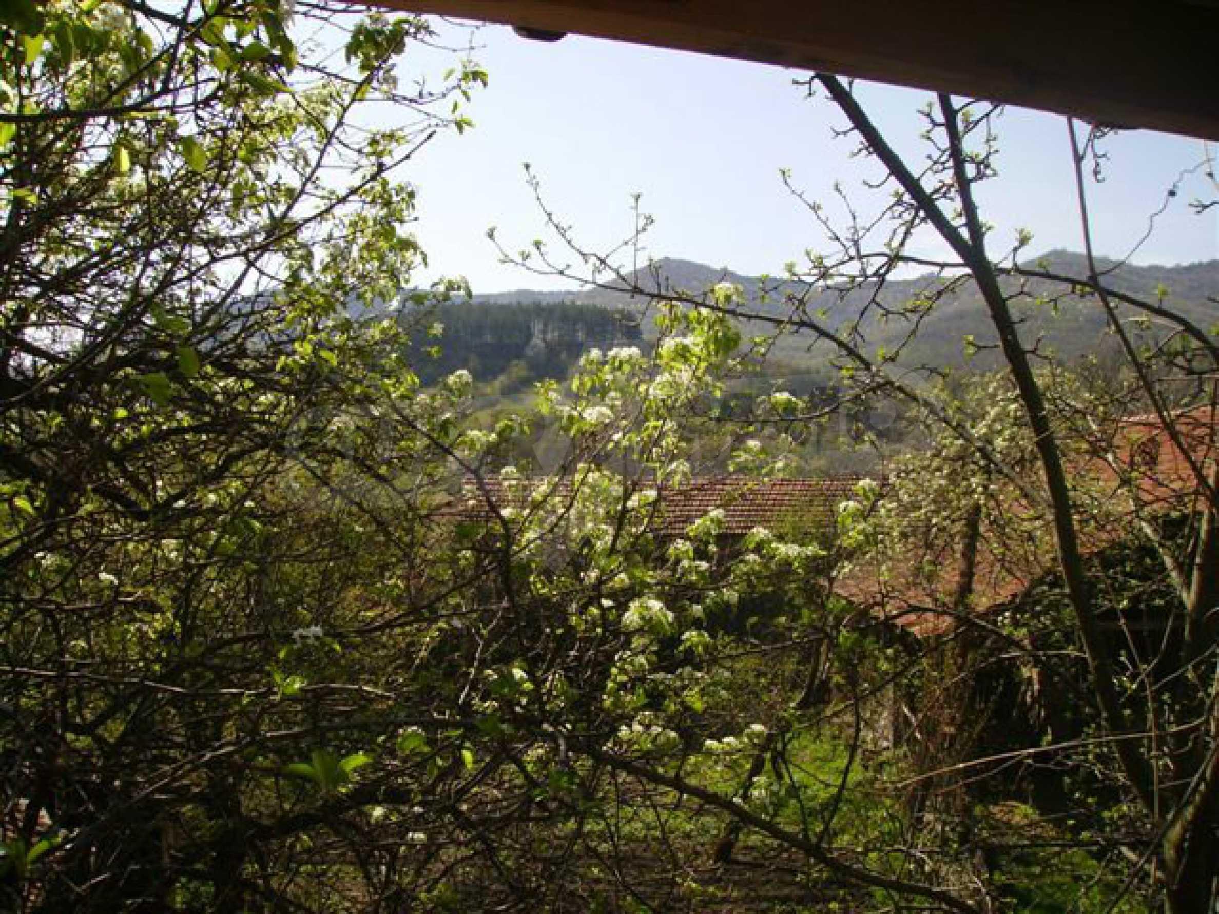 Zweistöckiges Haus mit Hof in einem Dorf in der Nähe von Lovech 23