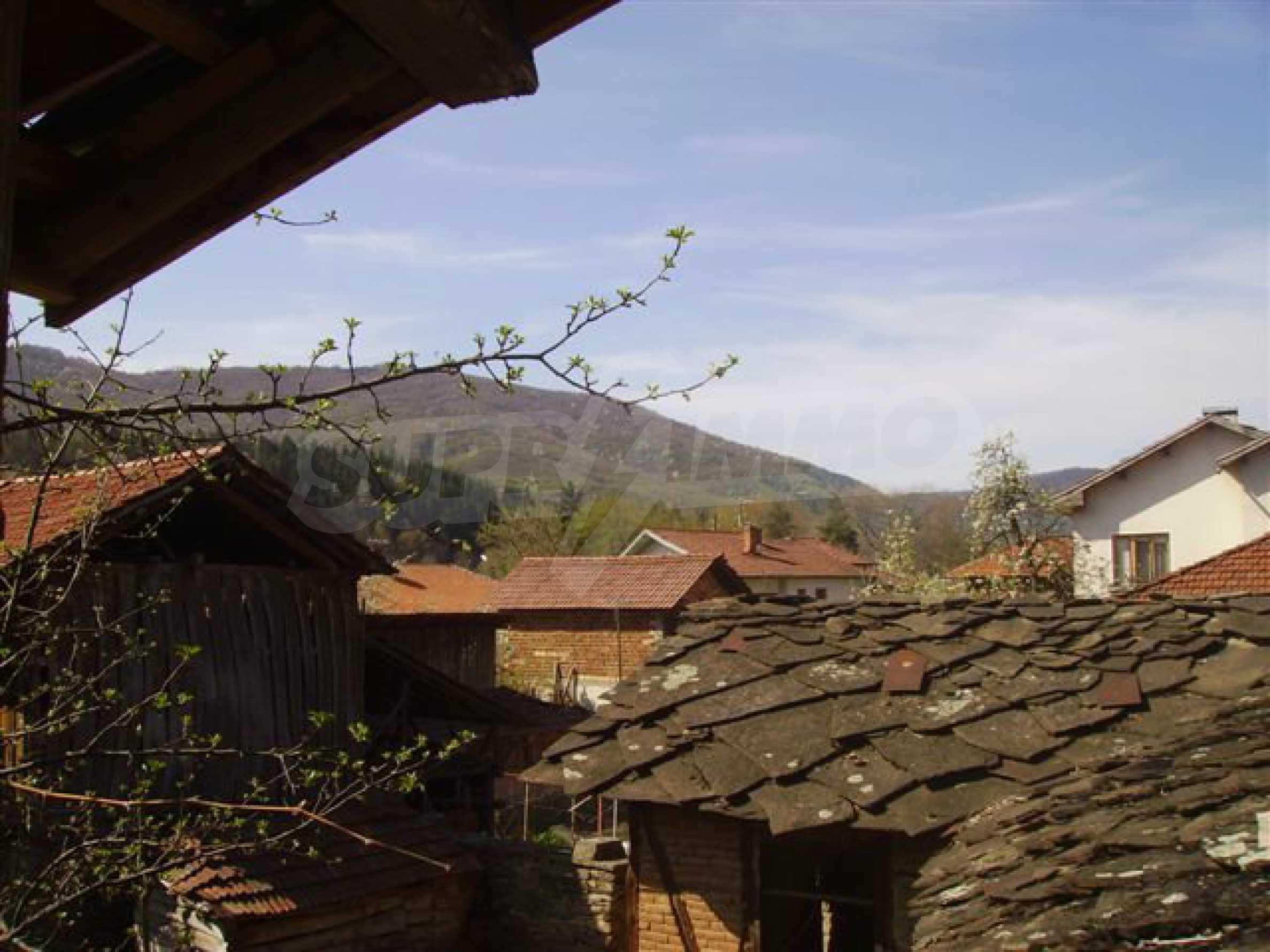 Zweistöckiges Haus mit Hof in einem Dorf in der Nähe von Lovech 3
