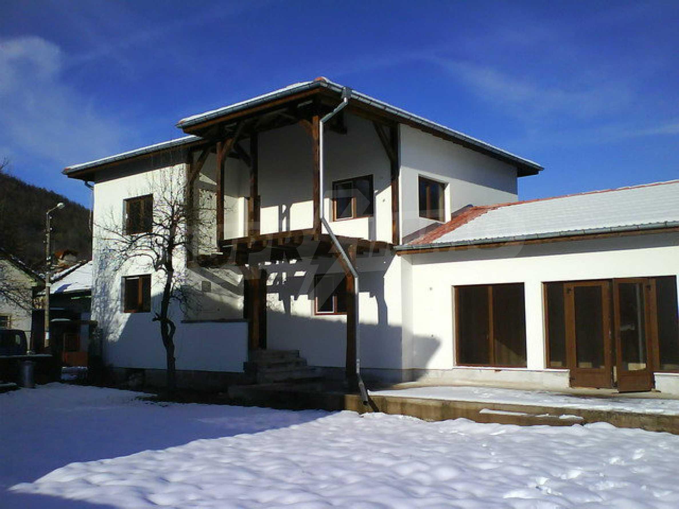 Zweistöckiges Haus mit Hof in einem Dorf in der Nähe von Sopot Damm