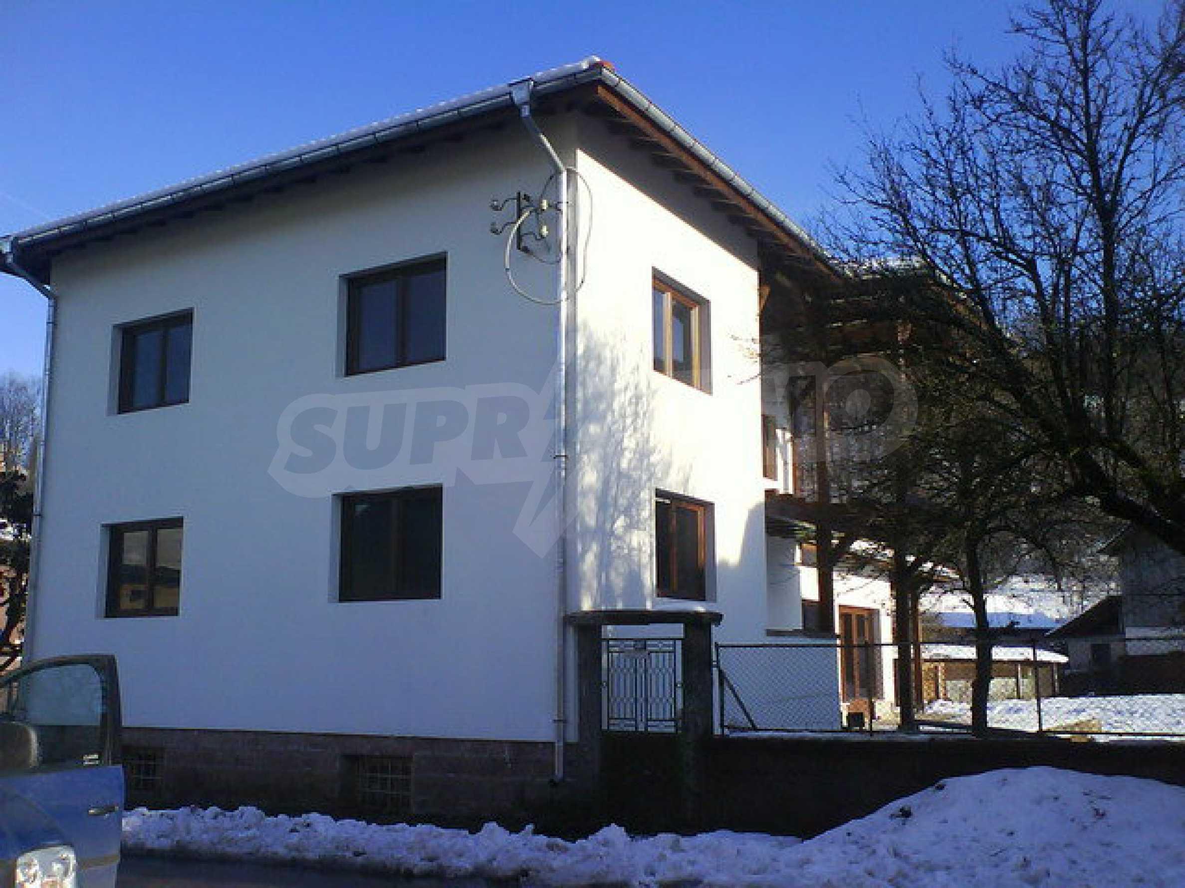 Zweistöckiges Haus mit Hof in einem Dorf in der Nähe von Sopot Damm 2