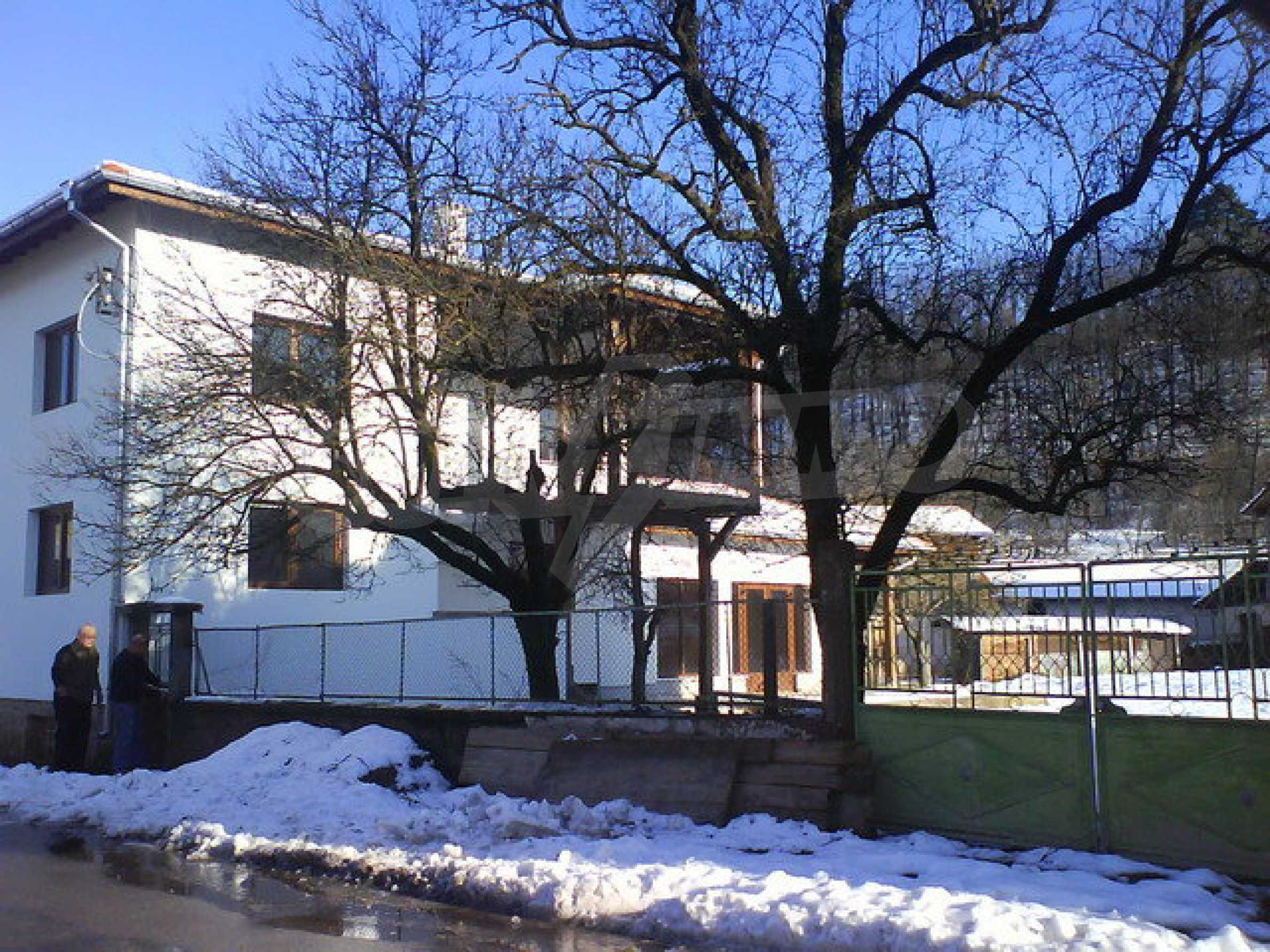 Zweistöckiges Haus mit Hof in einem Dorf in der Nähe von Sopot Damm 4