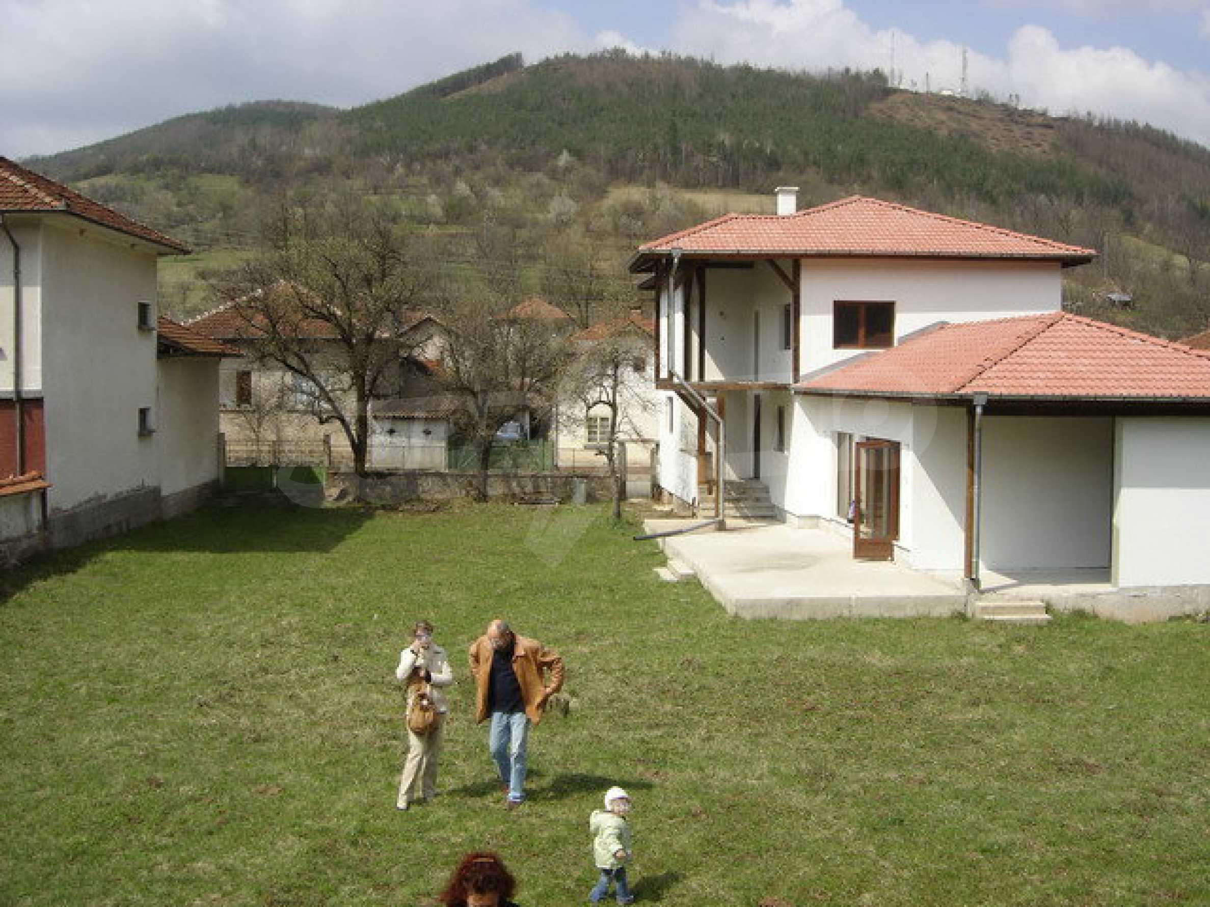 Zweistöckiges Haus mit Hof in einem Dorf in der Nähe von Sopot Damm 7