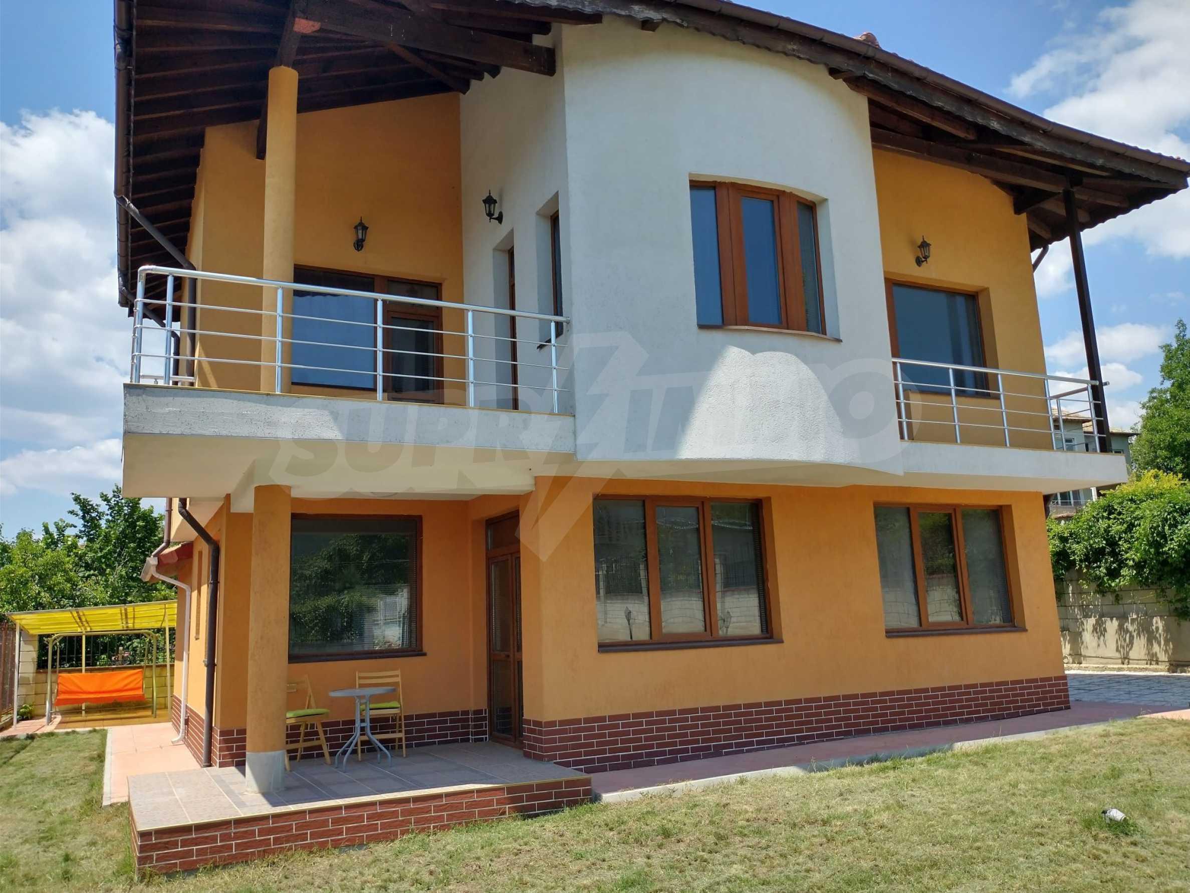 Schönes, dreistöckiges Haus in der Nähe von Warna 1
