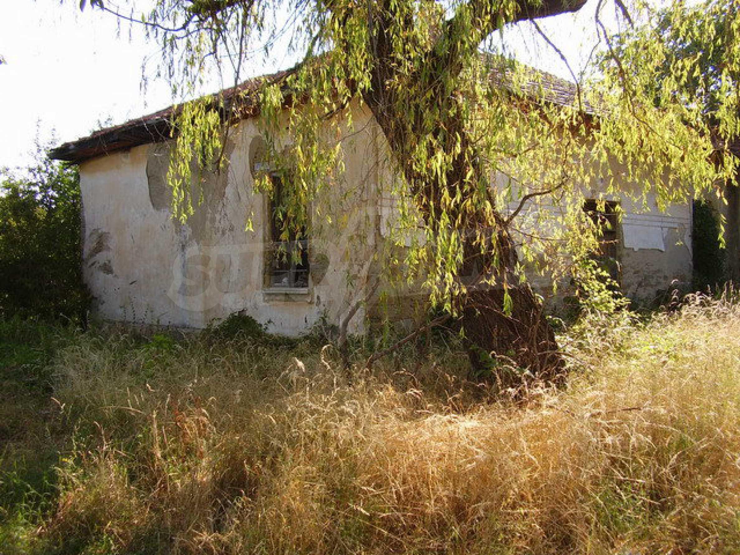 Ehemalige Schule mit Hof in einem kleinen Dorf neben dem schönen Trjawna 1