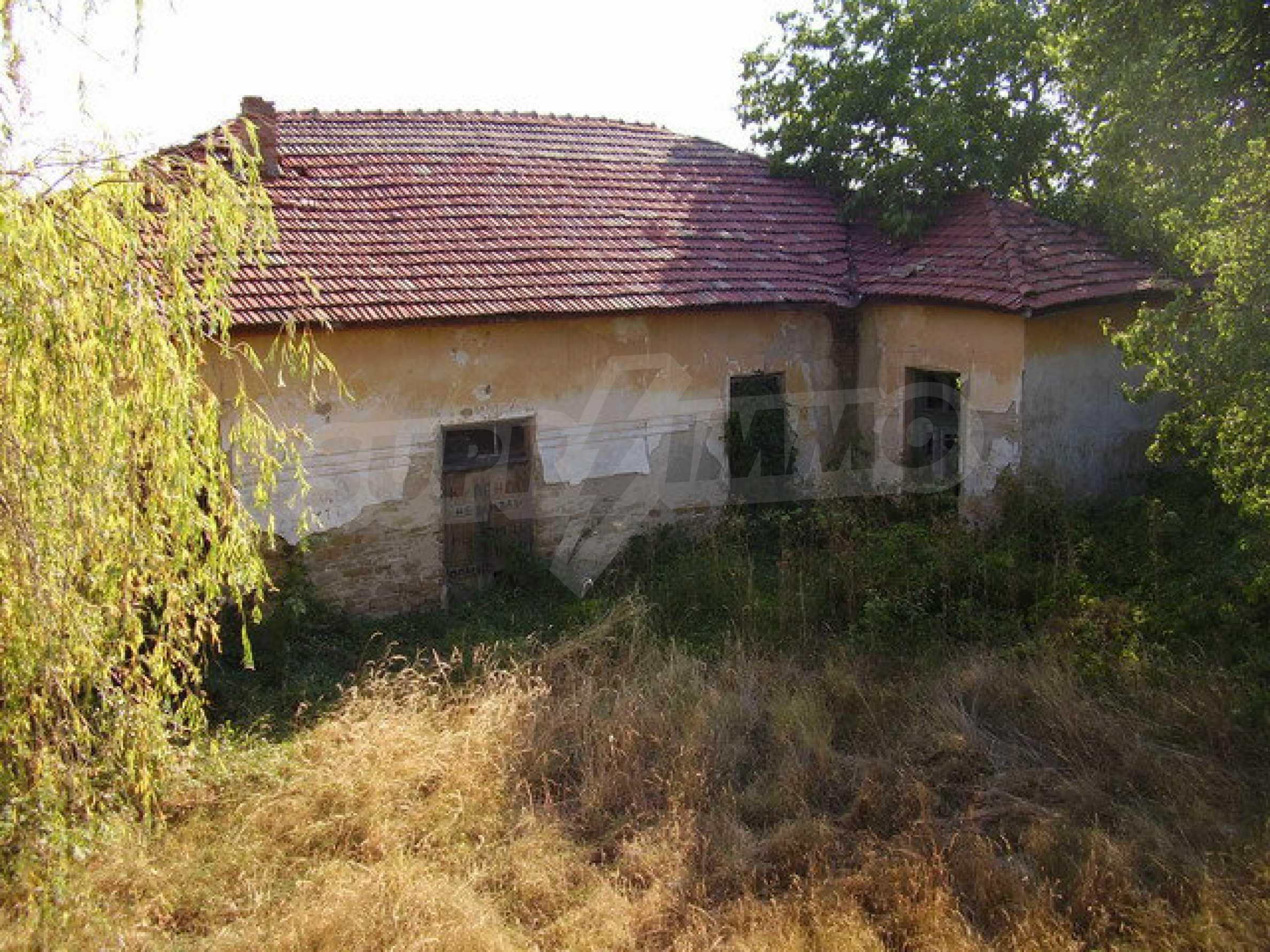 Ehemalige Schule mit Hof in einem kleinen Dorf neben dem schönen Trjawna 3