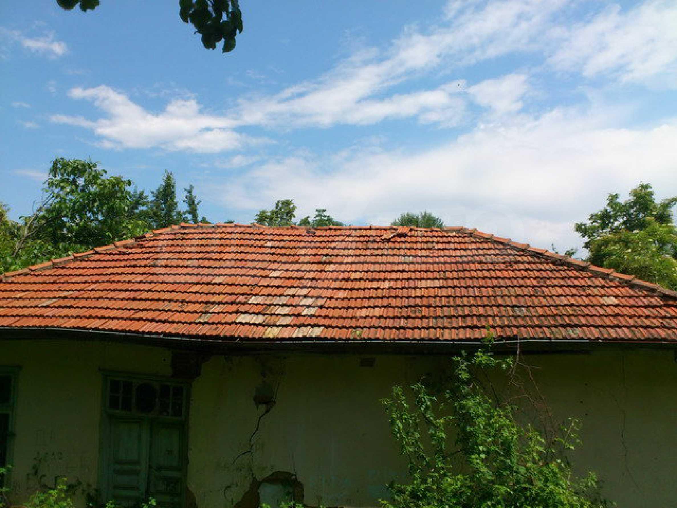 Ehemalige Schule mit Hof in einem kleinen Dorf in der Nähe des malerischen Dryanovo 4