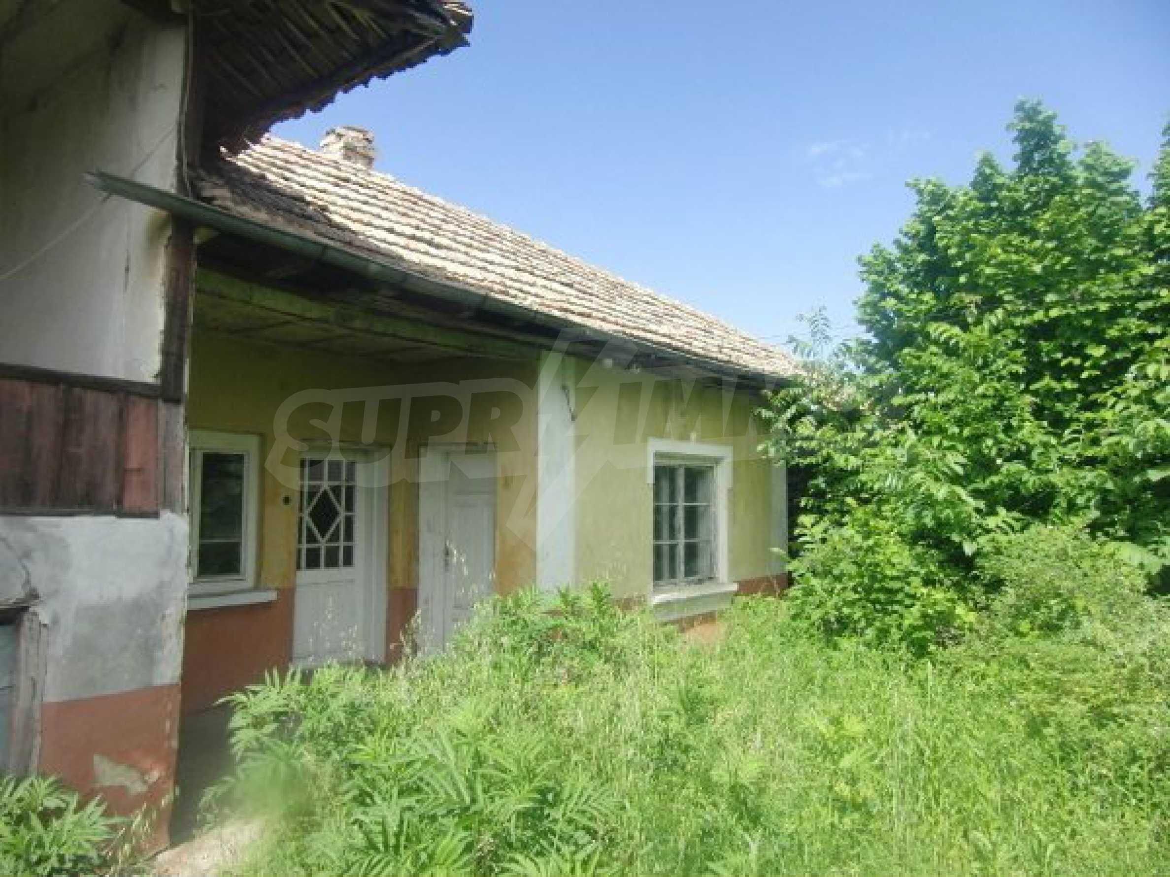 Zwei Immobilien in einem Dorf in der Nähe von Popovo