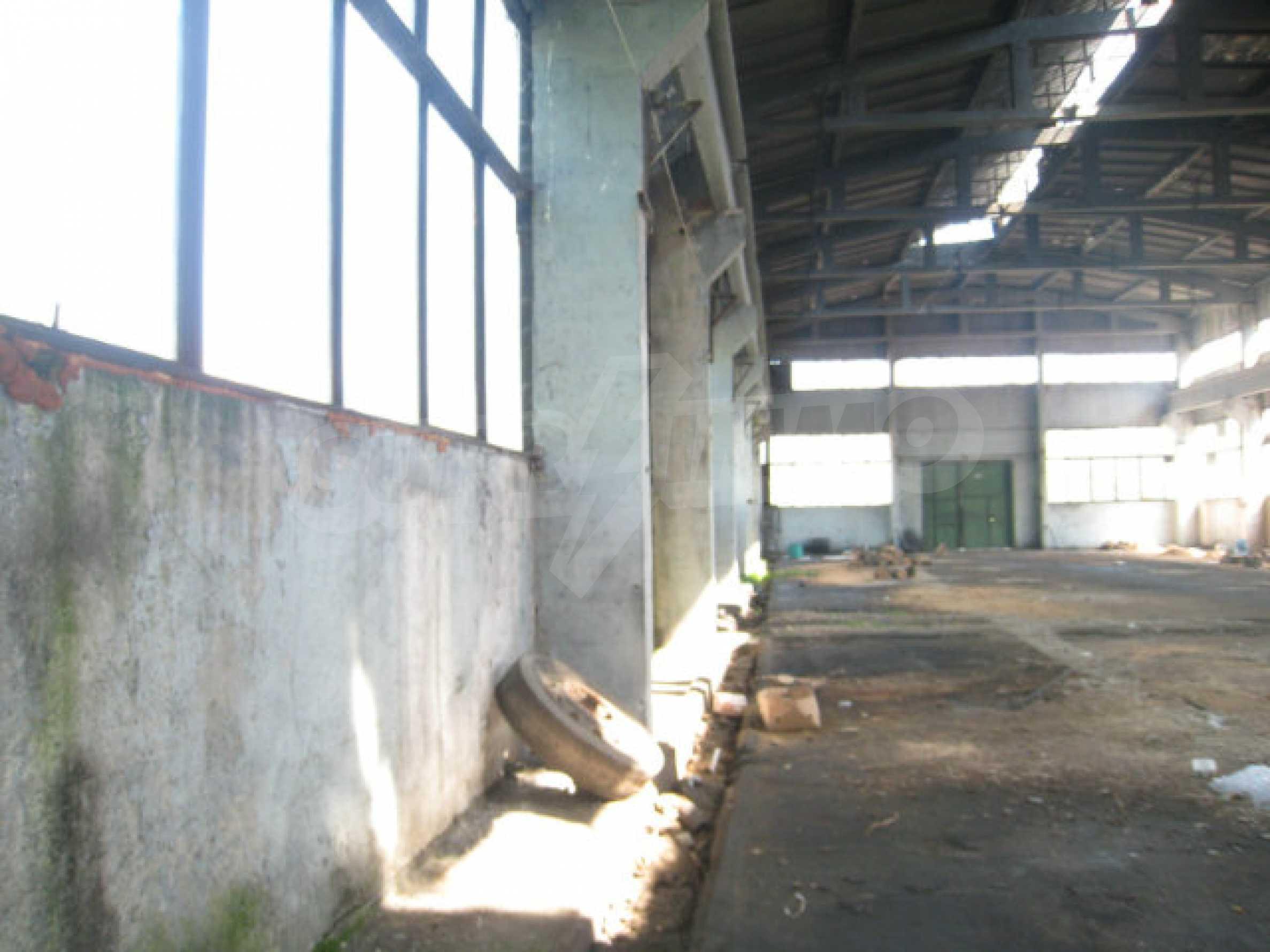 Produktionsgebäude mit Dienstleistungs- und Verwaltungsgebäude in der Nähe von Monatan 11