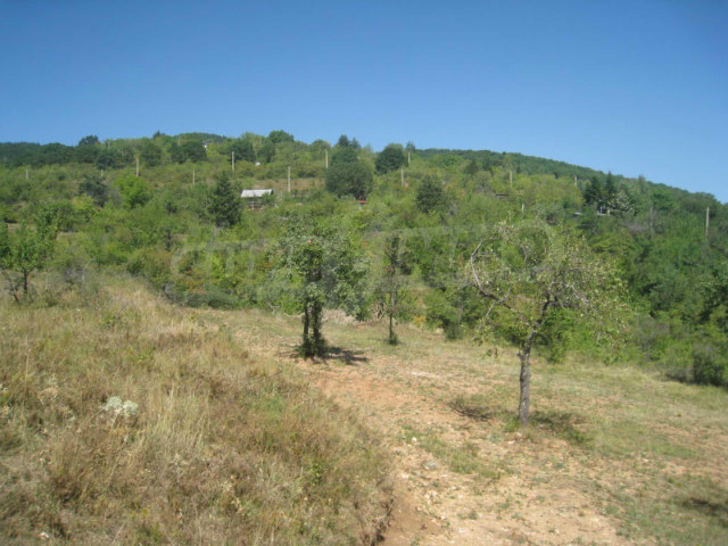 Geregeltes Grundstück in einer Villenzone in einem Dorf in der Nähe von Sofia