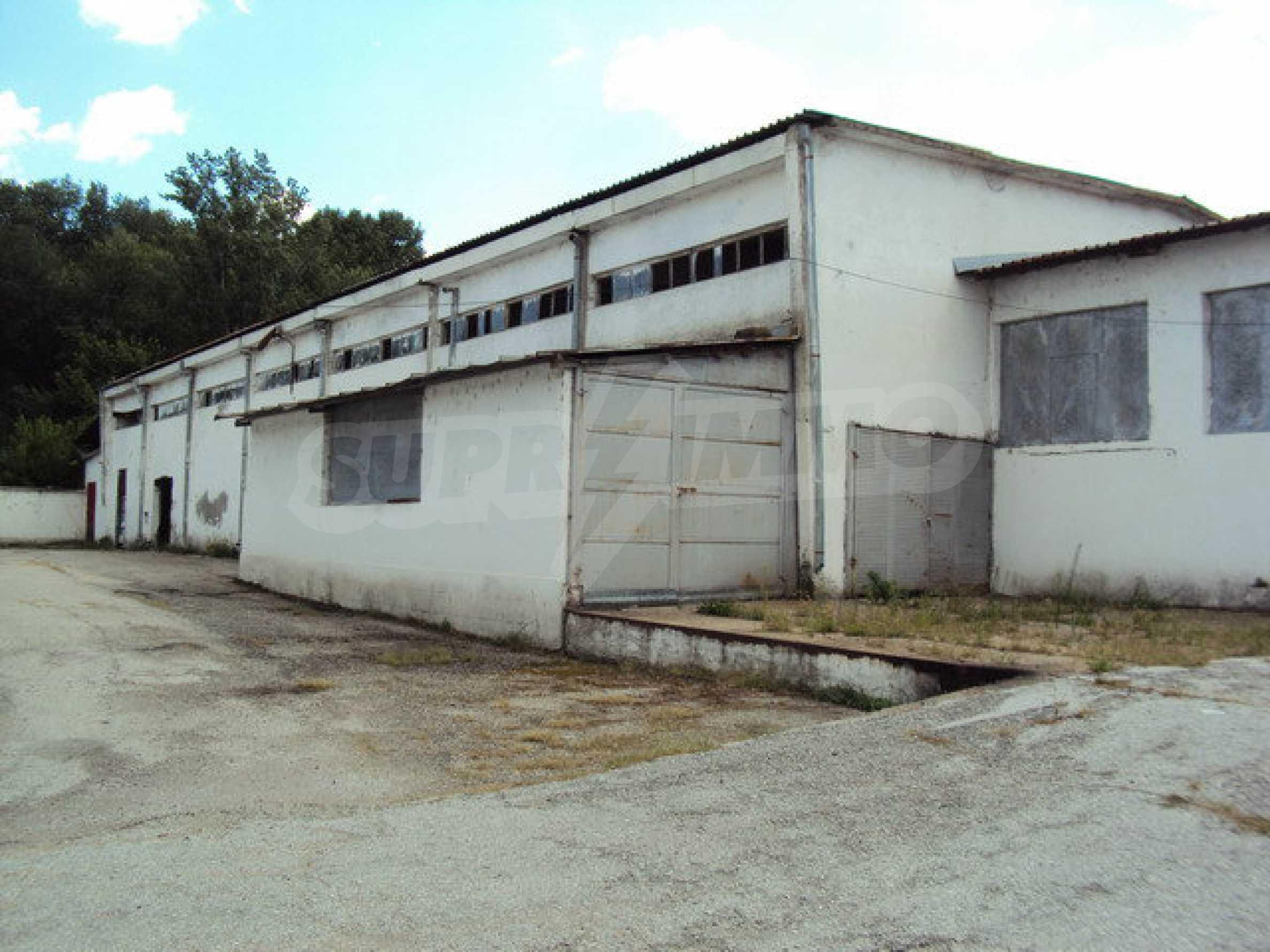 Ein Grundstück mit einer Halle in einem Industriegebiet von Gorna Oryahovitsa