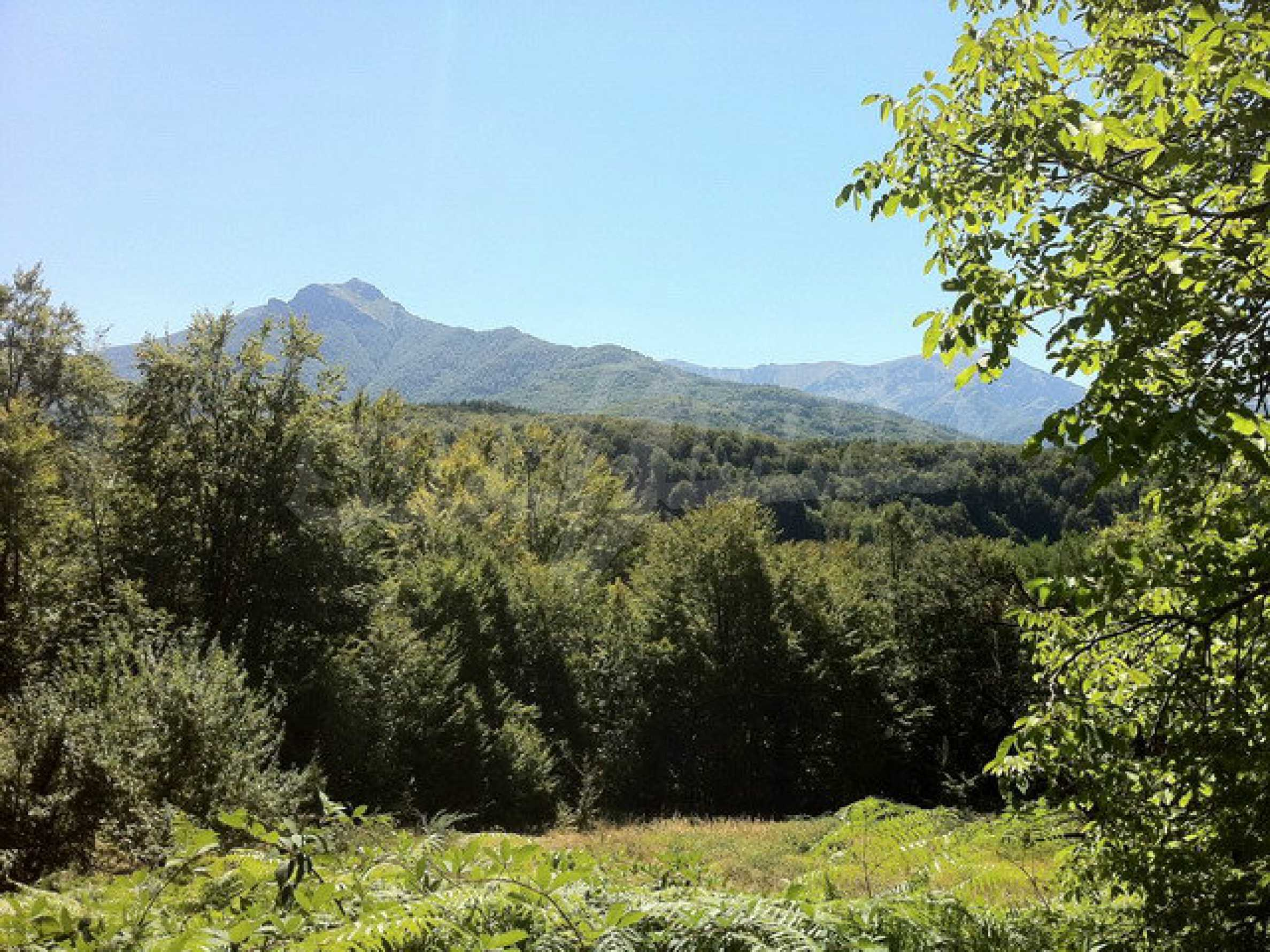 Regulated, large plot of land with great views in a popular village Apriltsi 1