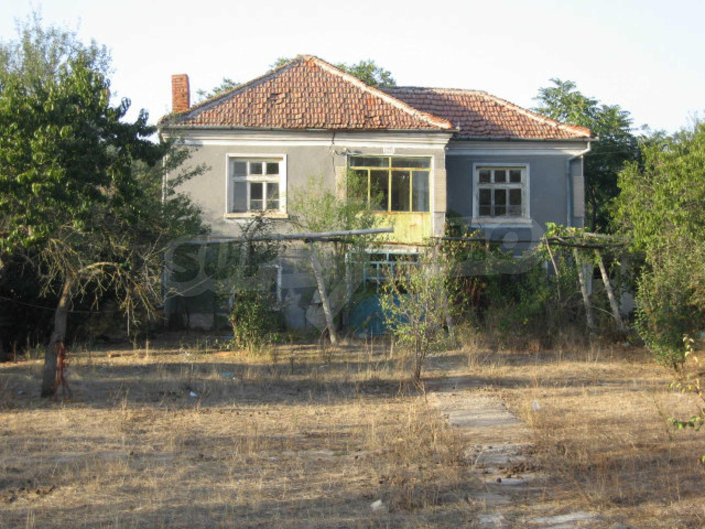 Sonniges zweistöckiges Haus in einem kleinen Dorf in der Nähe der Flüsse Tundzha und Elhovo