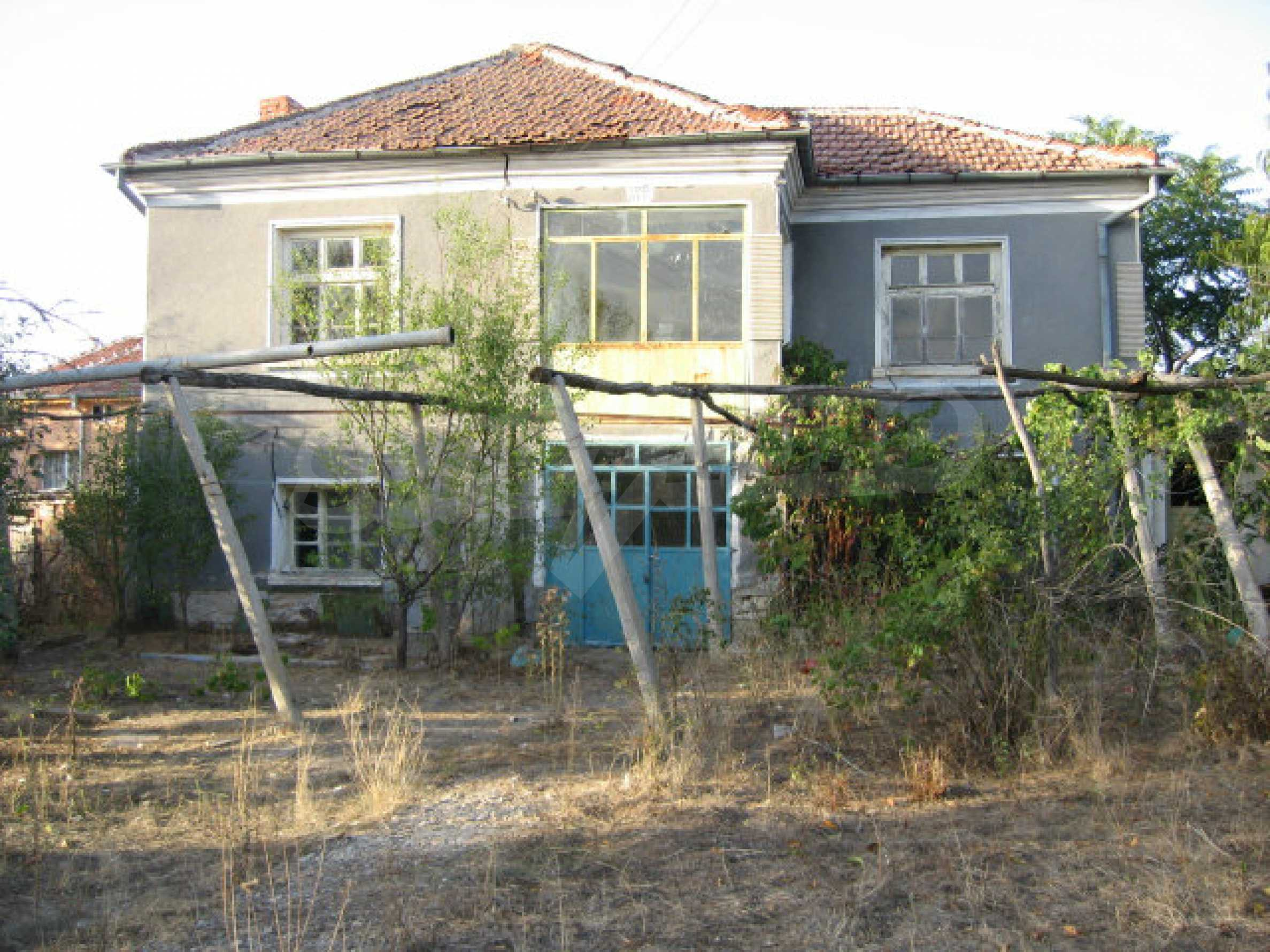 Sonniges zweistöckiges Haus in einem kleinen Dorf in der Nähe der Flüsse Tundzha und Elhovo 1