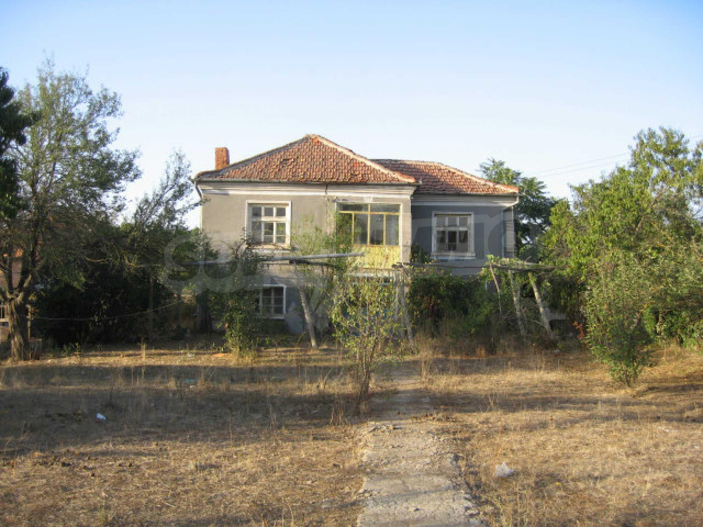 Sonniges zweistöckiges Haus in einem kleinen Dorf in der Nähe der Flüsse Tundzha und Elhovo 2
