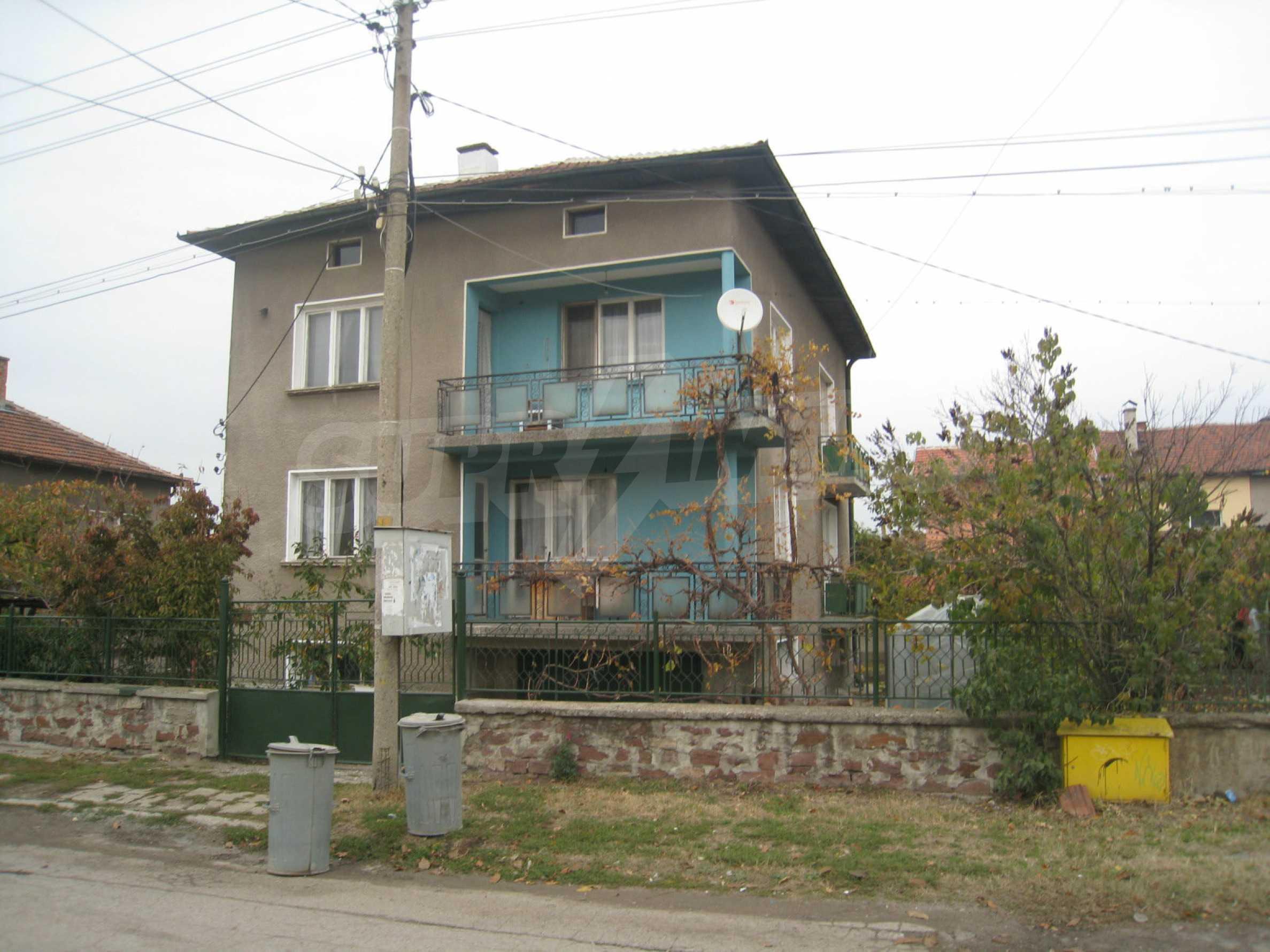 Großes zweistöckiges Haus mit Hof in einem Dorf in der Nähe von Sofia