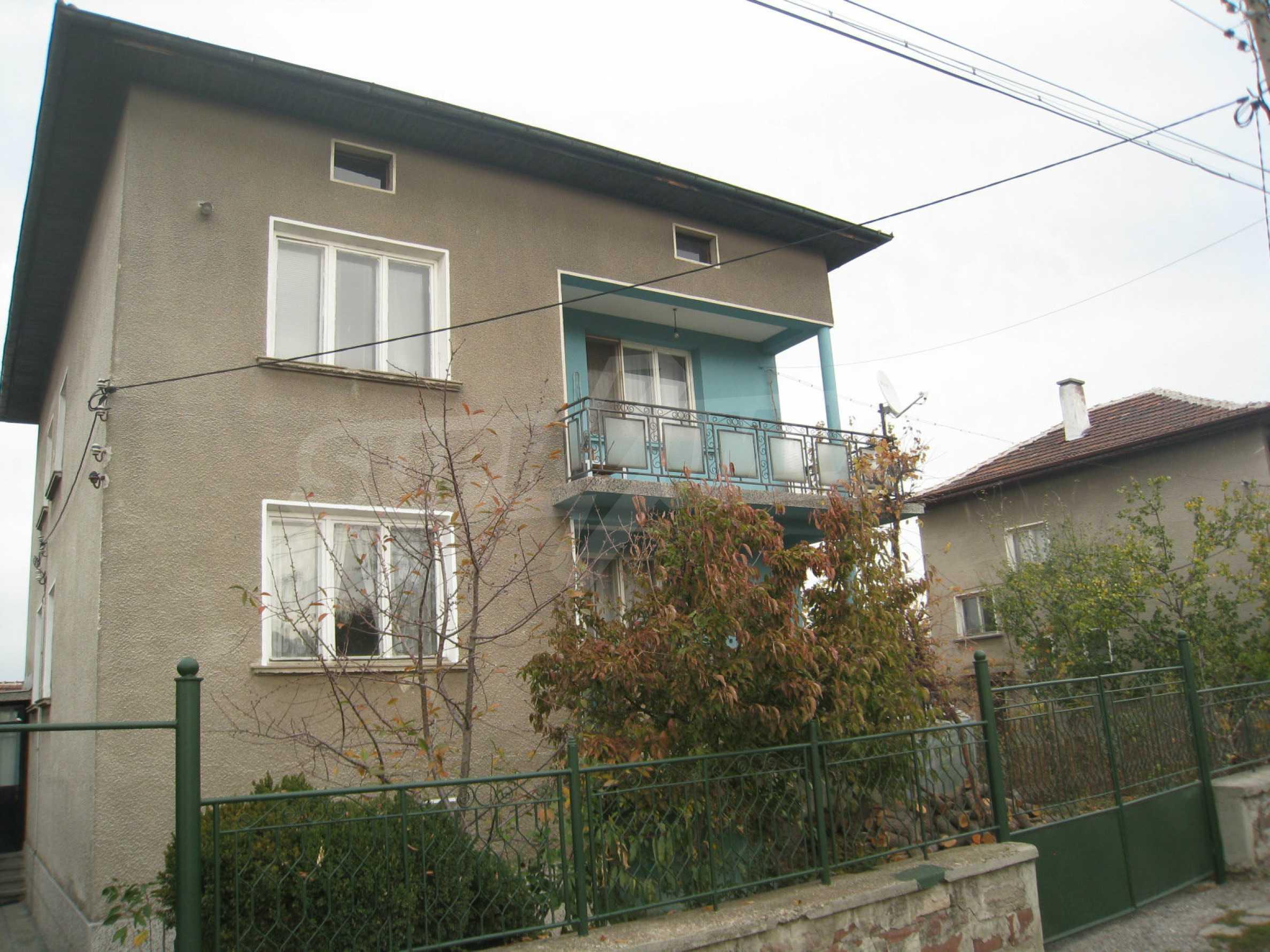 Großes zweistöckiges Haus mit Hof in einem Dorf in der Nähe von Sofia 2