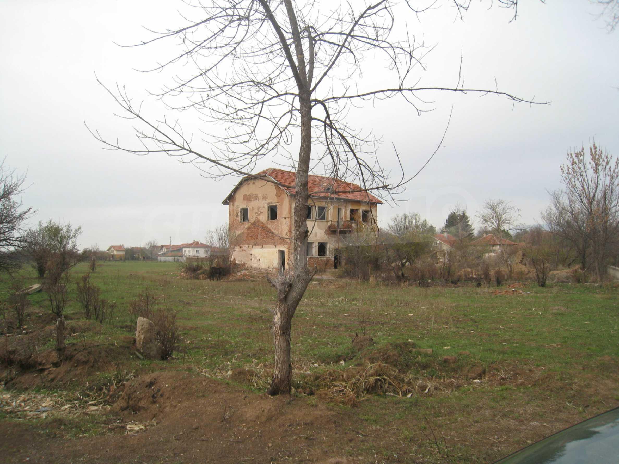 Solides dreistöckiges Gebäude (ehemalige Mühle) mit Hof in der Nähe von Elin Pelin
