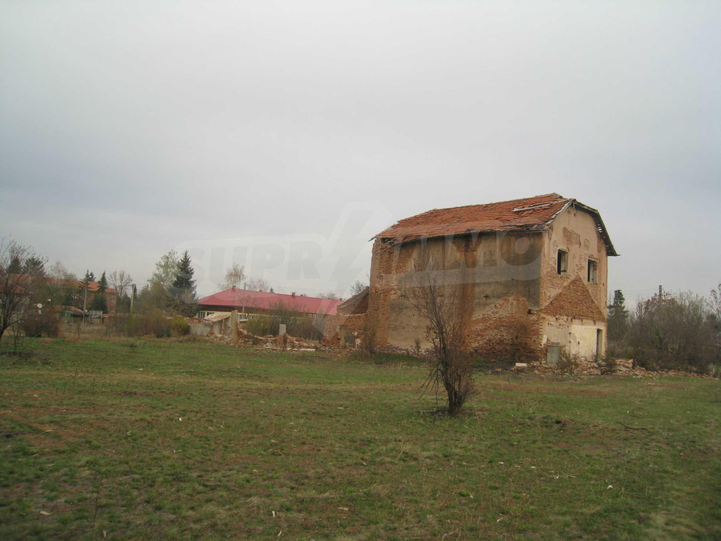 Solides dreistöckiges Gebäude (ehemalige Mühle) mit Hof in der Nähe von Elin Pelin 20