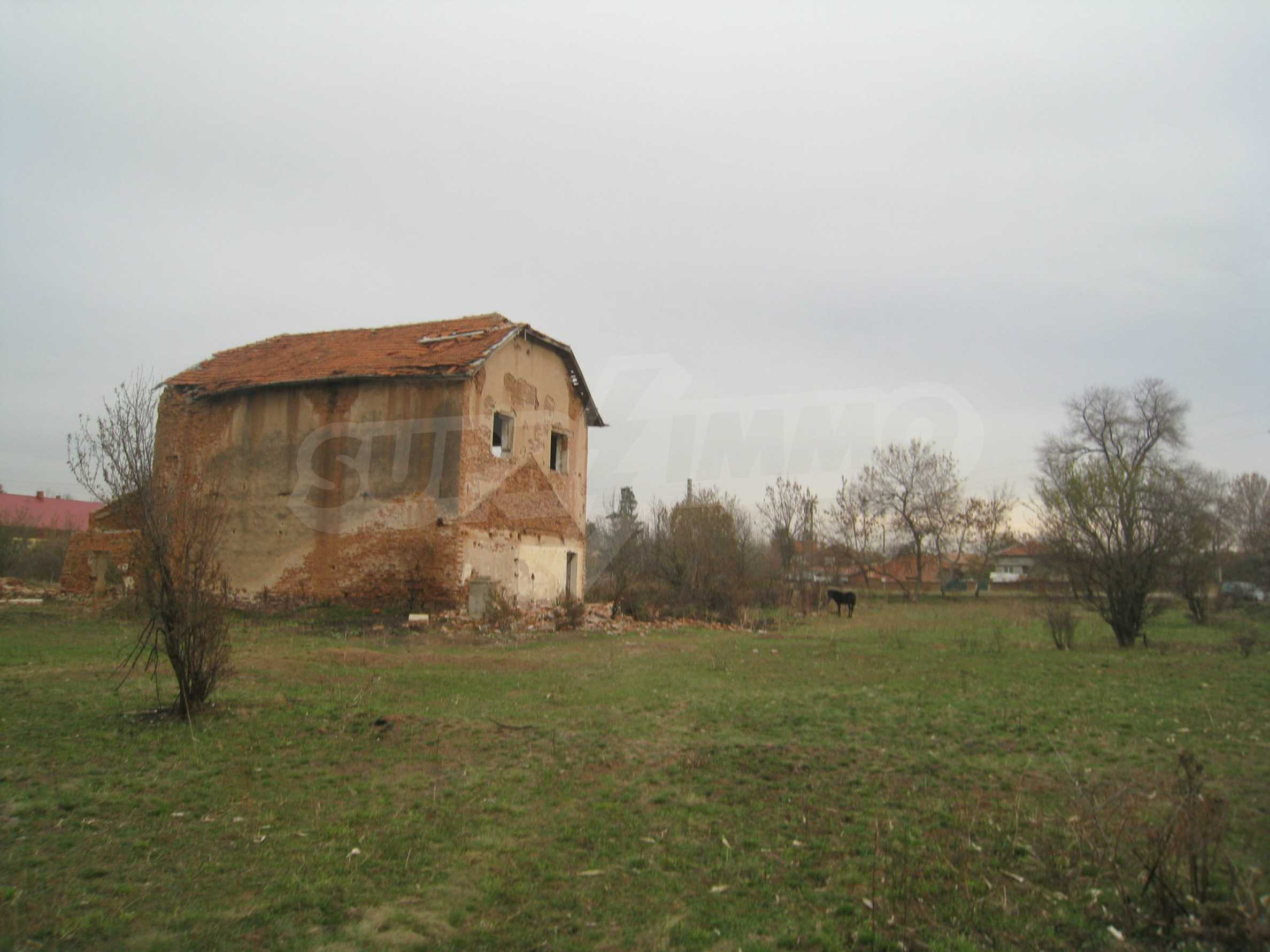 Solides dreistöckiges Gebäude (ehemalige Mühle) mit Hof in der Nähe von Elin Pelin 21