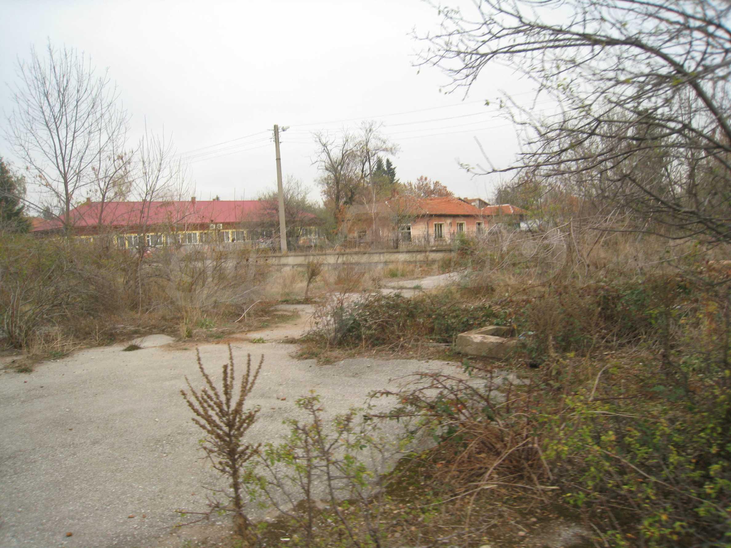 Solides dreistöckiges Gebäude (ehemalige Mühle) mit Hof in der Nähe von Elin Pelin 28